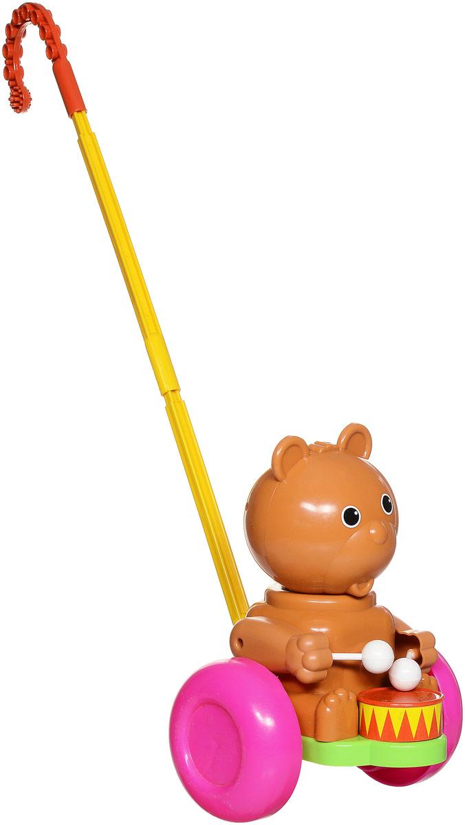 Форма Каталка Мишка-барабанщик цвет коричневый розовыйС-76-Ф_коричневый, розовыйЗабавная каталка Мишка-барабанщик станет любимой игрушкой вашего малыша. Каталка представляет собой фигурку мишки с барабаном, сидящего на пластиковом основании с колесами. К основанию крепится ручка-держатель. При вращении колес мишка покачивает головой и стучит палочками по барабану. Игрушка развивает наглядно-действенное мышление, координацию движений, стимулирует двигательную активность. Для малышей, начинающих ходить, каталка - незаменимый помощник в этом нелегком деле. Порадуйте своего ребенка таким замечательным подарком!