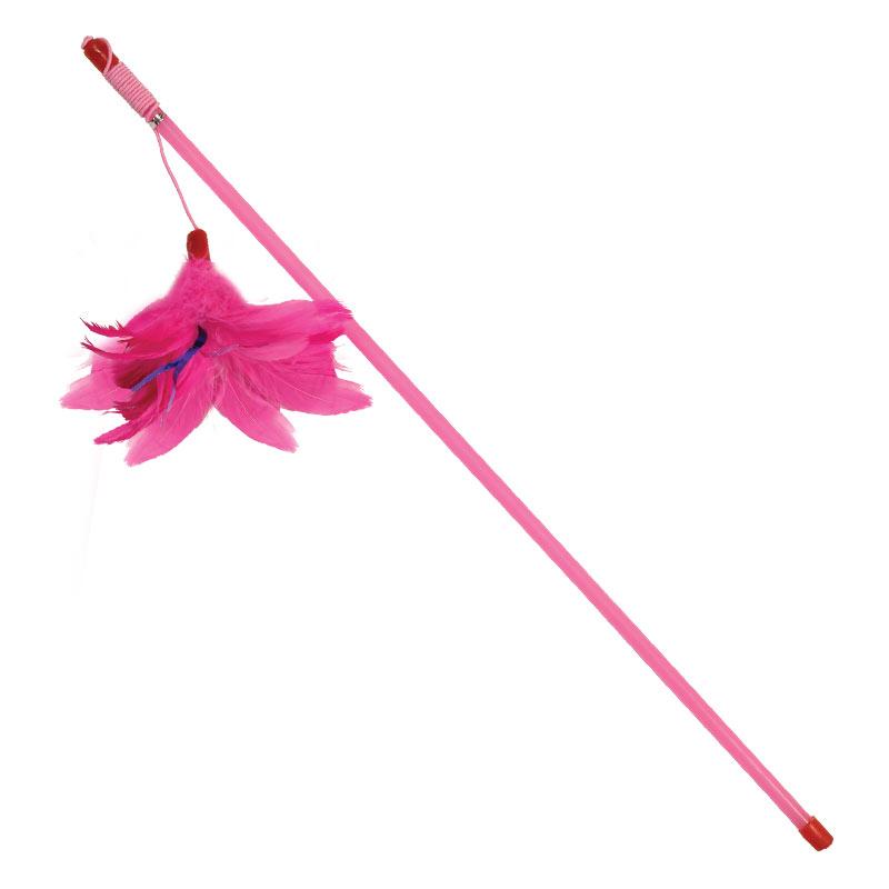 Игрушка для кошек Triol Удочка. Перья, цвет: розовый, 48 смC4011Удочка-дразнилка Розовые перья от компании Triol - это классическая игрушка в виде палочки с украшением для кошечек. Игрушки для животных являются одновременно развлекающими аксессуарами и вместе с тем имеют развивающую особенность, они помогают поддерживать оптимальную физическую форму питомца, улучшают мозговую деятельность и смекалку. Данная игрушка разработана в виде дразнилки-удочки, аксессуара который предполагает совместное участие в игре кошки и человека, обеспечивая максимальную подвижность питомца и минимальный урон от когтей и зубов. Палочка игрушки разработана из гладкого пластика, благодаря чему она достаточно крепкая и не теряет собственной формы во время игры, позволяя вам с безопасного расстояния провоцировать кошку на игру. Дразнящая часть удочки выполнена в виде длинной резинки с навершием из мягких перышек, благодаря чему игрушка максимально привлекает кошачье внимание. Позаботьтесь о здоровье и хорошем настроении своего питопца с качественными аксессуарами от...