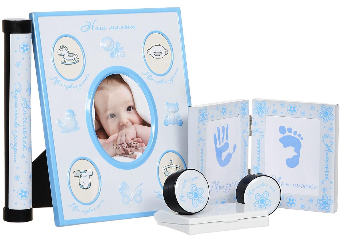 Bradex Набор подарочный для новорожденного Мой малышDE 0131Сохраните мимолетные мгновения жизни вашего ребенка с помощью необычного набора для новорождённого Мой малыш. Рамка для первых фотографий прекрасно впишется в домашний интерьер и долгие годы будет напоминать всей семье о самых значимых моментах вашего крохи. Кроме того, рамочки, куда вы сможете поместить отпечатки крохотной ручки и ножки, позволят создать оригинальный сувенир, который всю оставшуюся жизнь будет напоминать всей семье, каким крохотным и трогательным был ваш малыш. Отпечатки можно сделать, приложив ручку или ножку малыша к губке с чернилами и затем, приложив к бумаге. В набор входят две миниатюрные круглые шкатулки, у каждой из которых - четкое предназначение. В одной шкатулке нужно хранить первый локон, который все родители обязательно сохраняют после первой стрижки подросшего малыша. Во вторую шкатулку кладут первый выпавший молочный зубик, который также принято хранить на память. Удобный футляр для свидетельства о рождении так же станет незаменимым...