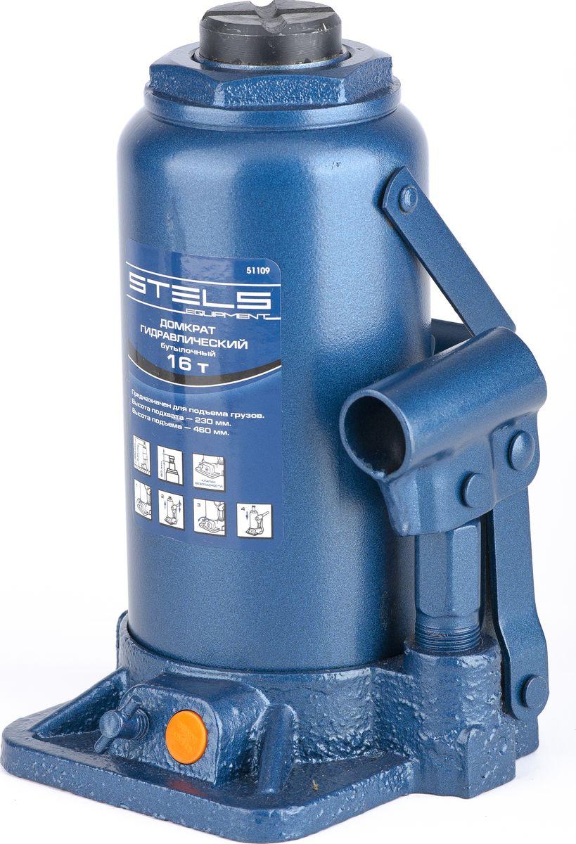 Домкрат гидравлический бутылочный Stels, 16 т, высота подъема 230–460 мм51109Гидравлический домкрат STELS с клапаном безопасности предназначен для подъема груза массой до 16 тонн. Домкрат является незаменимым инструментом в автосервисе, часто используется при проведении ремонтно-строительных работ. Минимальная высота подхвата домкрата STELS составляет 23 см. Максимальная высота, на которую домкрат может поднять груз, составляет 46 см. Этой высоты достаточно для установки жесткой опоры под поднятый груз и проведения ремонтных работ. Клапан безопасности предотвращает подъем груза, масса которого превышает массу заявленную производителем. Также домкрат оснащен магнитным собирателем, исключающим наличие стружки в масле цилиндра, что значительно сокращает риск поломки домкрата. ВНИМАНИЕ! Домкрат не предназначен для длительного поддерживания груза на весу либо для его перемещения. Перед подъемом убедитесь, что груз распределен равномерно по центру опорной поверхности домкрата. Масса поднимаемого груза не должна превышать массу, указанную производителем. Домкрат во...