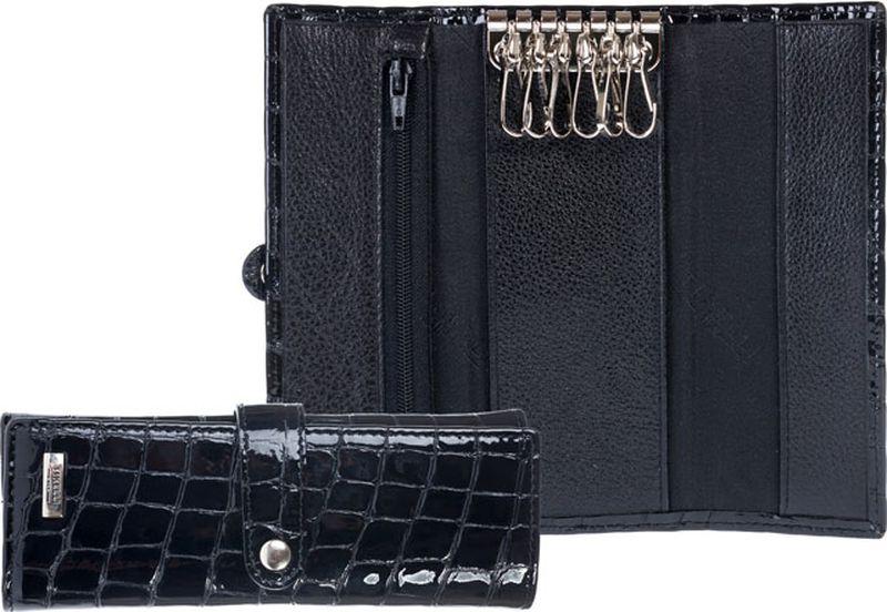 Ключница Tirelli, цвет: черный. 15-303-1415-303-14Стильная ключница выполнена из натуральной кожи и оформлена металлической пластиной с гравировкой бренда. Изделие закрывается на клапан с хлястиком. Внутри находятся шесть металлических крючка для ключей. Ключница упакована в фирменную коробку. Этот аксессуар станет замечательным подарком человеку, ценящему качественные и практичные вещи.