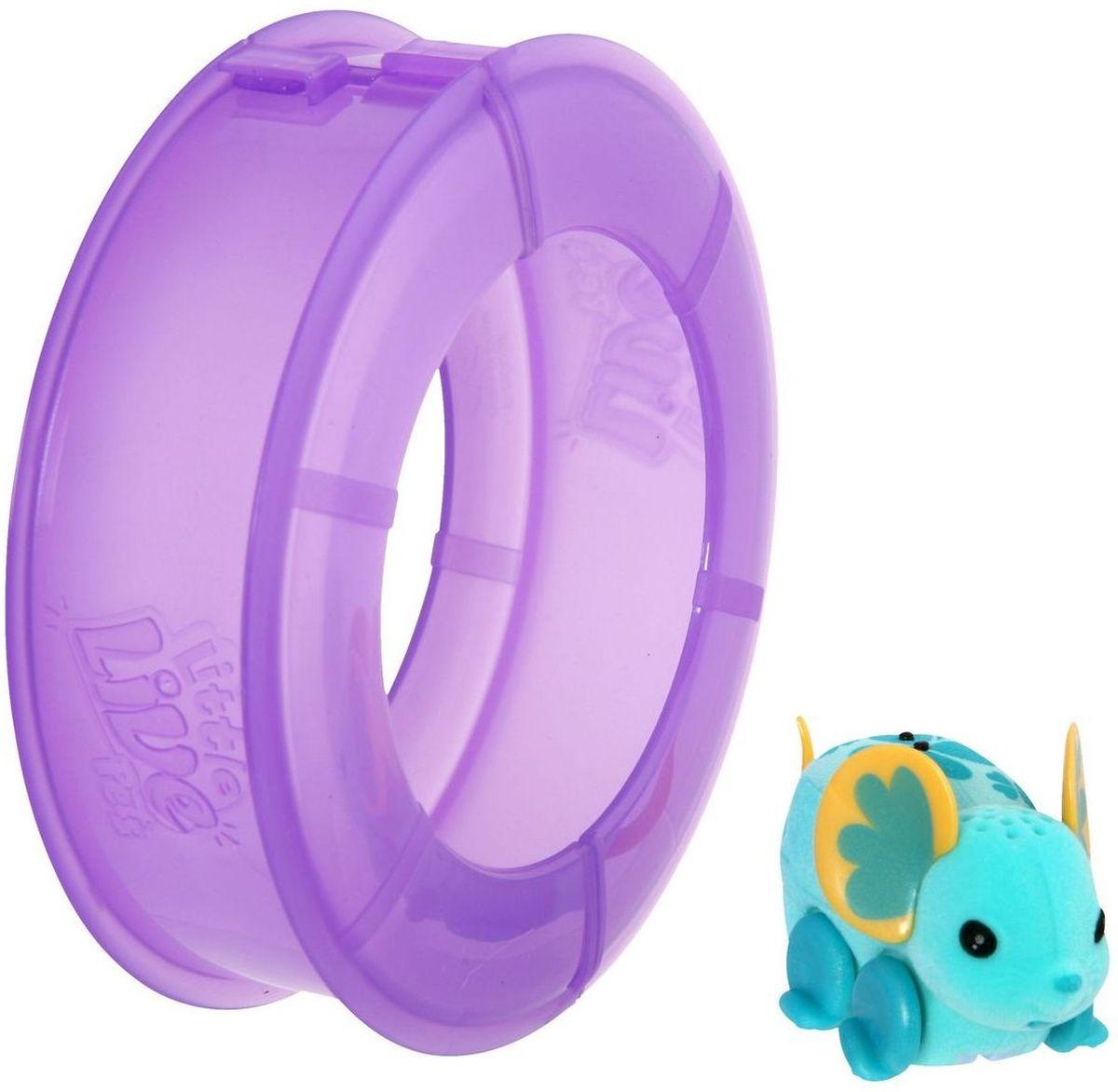 Little Live Pets Интерактивная игрушка Мышка в колесе цвет голубой28195/ast28173(28193,28194,28195)Интерактивная игрушка Little Live Pet Мышка в колесе изготовлена из высокопрочного пластика, обтянутого флоком. Тело игрушки на ощупь напоминает настоящую шерстку мышонка. Мышка легко и быстро двигается по полу комнаты в колесе благодаря колесикам. Ее красивые ушки разукрашены яркими узорами. Мышка издает писк и фырканье, очень похожие на настоящие. Кнопка включения расположена на месте рта. Сенсор расположен на спине мышки. Достаточно провести по нему пальцем, чтобы мышка начала движение. Рекомендовано для детей от 5 лет. Для работы требуются 3 батарейки типа AG13 (LR44) (комплектуется демонстрационными).