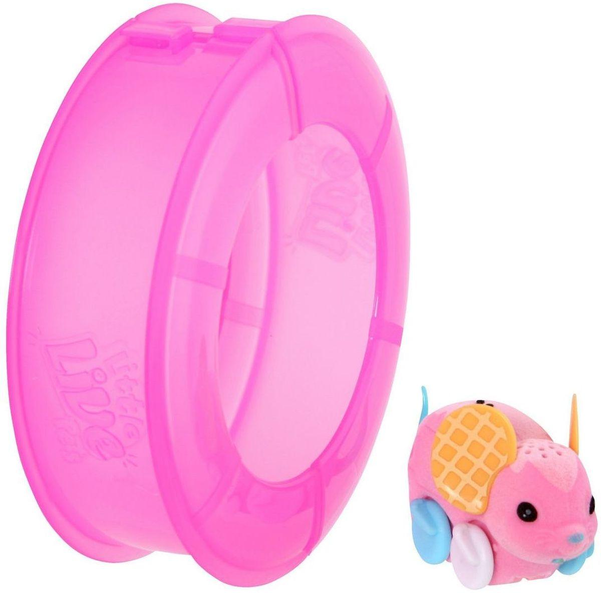 Little Live Pets Интерактивная игрушка Мышка в колесе цвет розовый28194/ast28173(28193,28194,28195)Интерактивная игрушка Little Live Pet Мышка в колесе изготовлена из высокопрочного пластика, обтянутого флоком. Тело игрушки на ощупь напоминает настоящую шерстку мышонка. Мышка легко и быстро двигается по полу комнаты в колесе благодаря колесикам. Ее красивые ушки разукрашены яркими узорами. Мышка издает писк и фырканье, очень похожие на настоящие. Кнопка включения расположена на месте рта. Сенсор расположен на спине мышки. Достаточно провести по нему пальцем, чтобы мышка начала движение. Рекомендовано для детей от 5 лет. Для работы требуются 3 батарейки типа AG13 (LR44) (комплектуется демонстрационными).