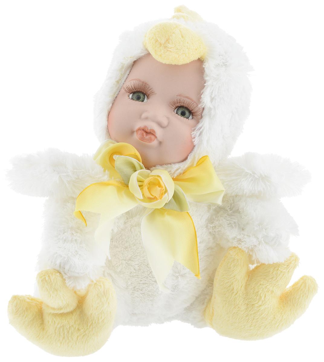 Фигурка ESTRO Ребенок в костюме цыпленка, цвет: белый, желтый, высота 22 смC21-128215BДекоративная фигурка Ребенок в костюме цыпленка изготовлена из высококачественных материалов в оригинальном стиле. Фигурка выполнена в виде ребенка в костюме цыпленка. Уютная и милая интерьерная игрушка предназначена для взрослых и детей, для игр и украшения новогодней елки, да и просто, для создания праздничной атмосферы в интерьере! Фигурка прекрасно украсит ваш дом к празднику, а в остальные дни с ней с удовольствием будут играть дети. Оригинальный дизайн и красочное исполнение создадут праздничное настроение. Фигурка создана вручную, неповторима и оригинальна. Порадуйте своих друзей и близких этим замечательным подарком!