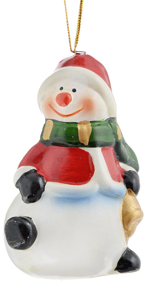 Украшение новогоднее подвесное House & Holder Снеговик, высота 7,5 см. HY11764HY11764Новогоднее подвесное украшение House & Holder Снеговик выполнено из керамики. С помощью специальной петельки украшение можно повесить в любом понравившемся вам месте. Но, конечно, удачнее всего оно будет смотреться на праздничной елке. Елочная игрушка - символ Нового года. Она несет в себе волшебство и красоту праздника. Создайте в своем доме атмосферу веселья и радости, украшая новогоднюю елку нарядными игрушками, которые будут из года в год накапливать теплоту воспоминаний. Размер: 7,5 х 4,5 х 4 см.