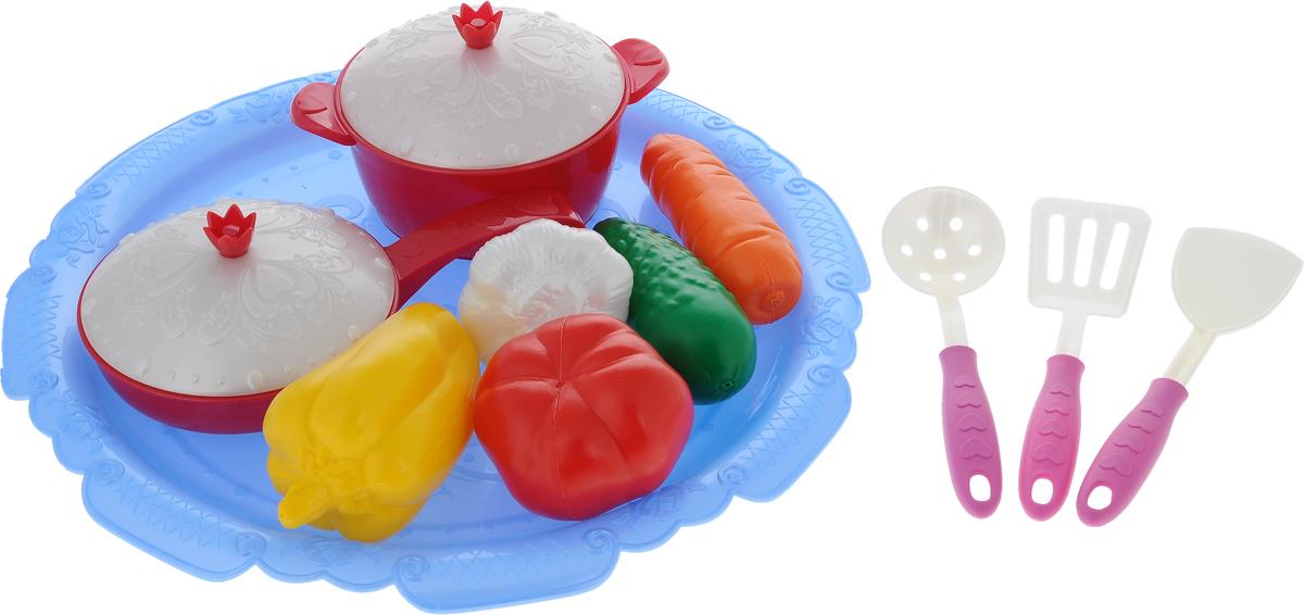 Нордпласт Игрушечный набор овощей и кухонной посуды Волшебная хозяюшкаН-624_голубой, красныйИгрушечный набор овощей и кухонной посуды Нордпласт Волшебная хозяюшка прекрасно подойдет ребенку для веселых игр. Набор включает в себя кастрюлю с крышкой, сковороду с крышкой, поднос, две лопатки, шумовку и муляжи овощей. Предметы набора выполнены из высококачественного пластика. Благодаря этому замечательному набору ваша девочка сможет приготовить различные блюда и накормить всех своих кукол. Набор станет прекрасным дополнением к игровой ситуации с приглашением гостей к столу!