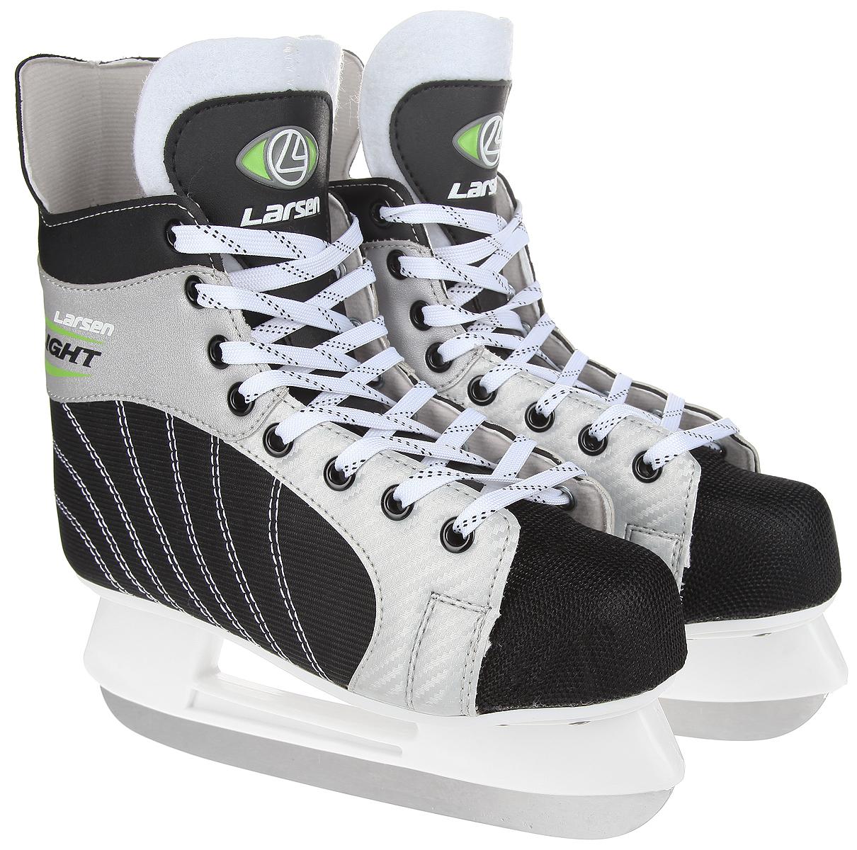 Коньки хоккейные мужские Larsen Light, цвет: черный, серебристый, белый. Размер 43LightСтильные коньки Light от Larsen прекрасно подойдут для начинающих игроков в хоккей. Ботинок выполнен из нейлона со вставками из морозоустойчивого поливинилхлорида. Мыс выполнен из полипропилена, покрытого сетчатым нейлоном, который защитит ноги от ударов. Внутренний слой изготовлен из материала Cambrelle, который обладает высокой гигроскопичностью и воздухопроницаемостью, имеет высокую степень устойчивости к истиранию, приятен на ощупь, быстро высыхает. Язычок из войлока обеспечивает дополнительное тепло. Плотная шнуровка надежно фиксирует модель на ноге. Голеностоп имеет удобный суппорт. Стелька из EVA с текстильной поверхностью обеспечит комфортное катание. Стойка выполнена из ударопрочного пластика. Лезвие из нержавеющей стали обеспечит превосходное скольжение. В комплект входят пластиковые чехлы для лезвия. Рекомендуемая температура использования: до -20°C.