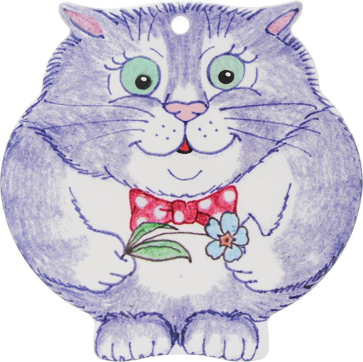 Подставка под горячее GiftnHome Серый кот с бантом и цветком, 20 х 20 смКотСерый Кот_бант/цветокКерамическая подставка GiftnHome Серый кот с бантом и цветком предназначена для сервировки стола и для интерьерных решений. Подставка изготовлена из каменной керамики, она защищает поверхности от горячей посуды, следов пищи и влаги. Подставка имеет настенный крепеж, ее можно вешать, как настенное панно. Это современный функциональный аксессуар - предмет повседневного обихода, создающий настроение. Дно подставки имеет подкладку из натуральной пробки - это защитит вашу мебель от царапин. Размер подставки: 20 х 20 х 0,8 см.