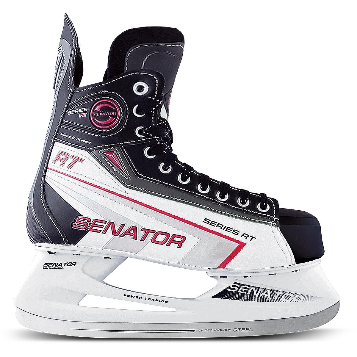 Коньки хоккейные мужские СК Senator RT, цвет: черный, белый. Размер 47Senator RTСтильные коньки от CK прекрасно подойдут для начинающих игроков в хоккей. Ботинок выполнен из морозоустойчивой искусственной кожи и ПВХ. Мыс дополнен вставкой, которая защитит ноги от ударов. Внутренний слой и стелька изготовлены из мягкого вельвета, который обеспечит тепло и комфорт во время катания, язычок - из войлока. Плотная шнуровка надежно фиксирует модель на ноге. Анатомический голеностоп имеет удобный суппорт. По верху коньки декорированы оригинальным принтом и тиснением в виде логотипа бренда. Подошва - из твердого пластика. Стойка выполнена из ударопрочного поливинилхлорида. Лезвие из нержавеющей стали обеспечит превосходное скольжение. Оригинальные коньки придутся вам по душе.
