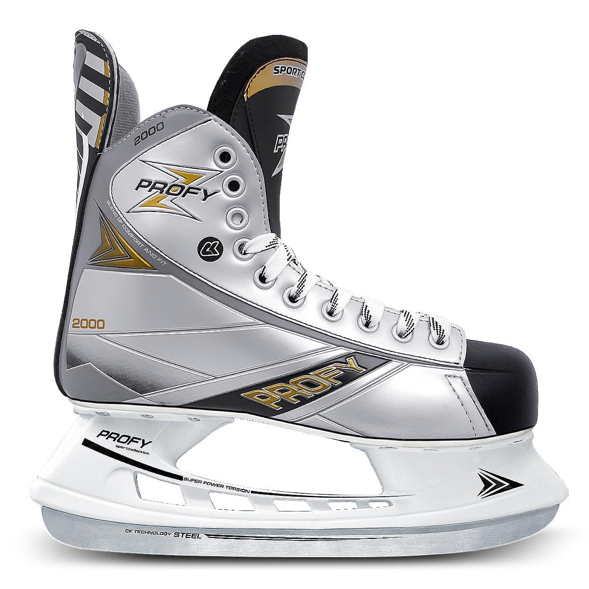 Коньки хоккейные мужские СК Profy Z 2000, цвет: черный, серый. Размер 47Profy Z 2000Стильные мужские коньки от CK Profy Z 2000 прекрасно подойдут для начинающих игроков в хоккей. Ботинок выполнен из морозоустойчивой искусственной кожи и ПВХ. Мыс дополнен вставкой, которая защитит ноги от ударов. Внутренний слой и стелька изготовлены из мягкого текстиля, который обеспечит тепло и комфорт во время катания, язычок - из войлока. Плотная шнуровка надежно фиксирует модель на ноге. Голеностоп имеет удобный суппорт. По верху коньки декорированы тиснением в виде логотипа бренда. Подошва - из твердого пластика. Стойка выполнена из ударопрочного поливинилхлорида. Лезвие из углеродистой нержавеющей стали обеспечит превосходное скольжение. Оригинальные коньки придутся вам по душе.