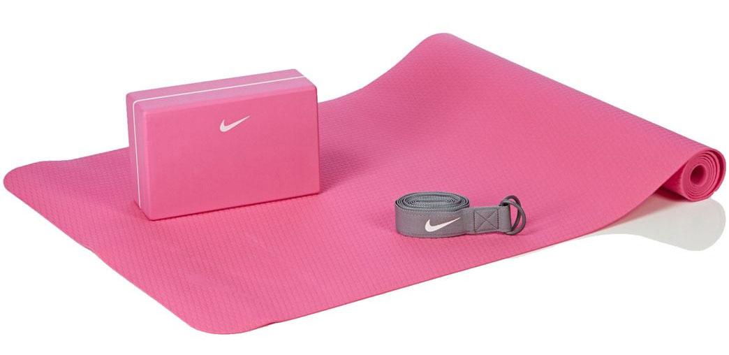 Набор для йоги Nike Essential Yoga Kit, цвет: розовый, серый, 3 предметаN.YE.13.687.OSНабор для йоги Nike Essential Yoga Kit состоит из мата для йоги, упорного блока и пояса. Такой набор отлично подойдет для занятий фитнесом, йогой, гимнастикой. Коврик выполнен из термопластичного эластомера и ЭВА. Блок - ЭВА, ремень - полиэстер и пластик. Легкий упорный блок помогает при занятиях йогой. Ремень обеспечивает комфортное натяжение. Текстурированный 3-миллиметровый коврик имеет легкий вес и быстро сохнет. Рельефная поверхность коврика обеспечивает хорошее сцепление с поверхностью. Размер коврика: 173 х 61 х 0,3 см. Размер блока: 23 х 15 х 8,5 см. Длина ремня: 215 см.