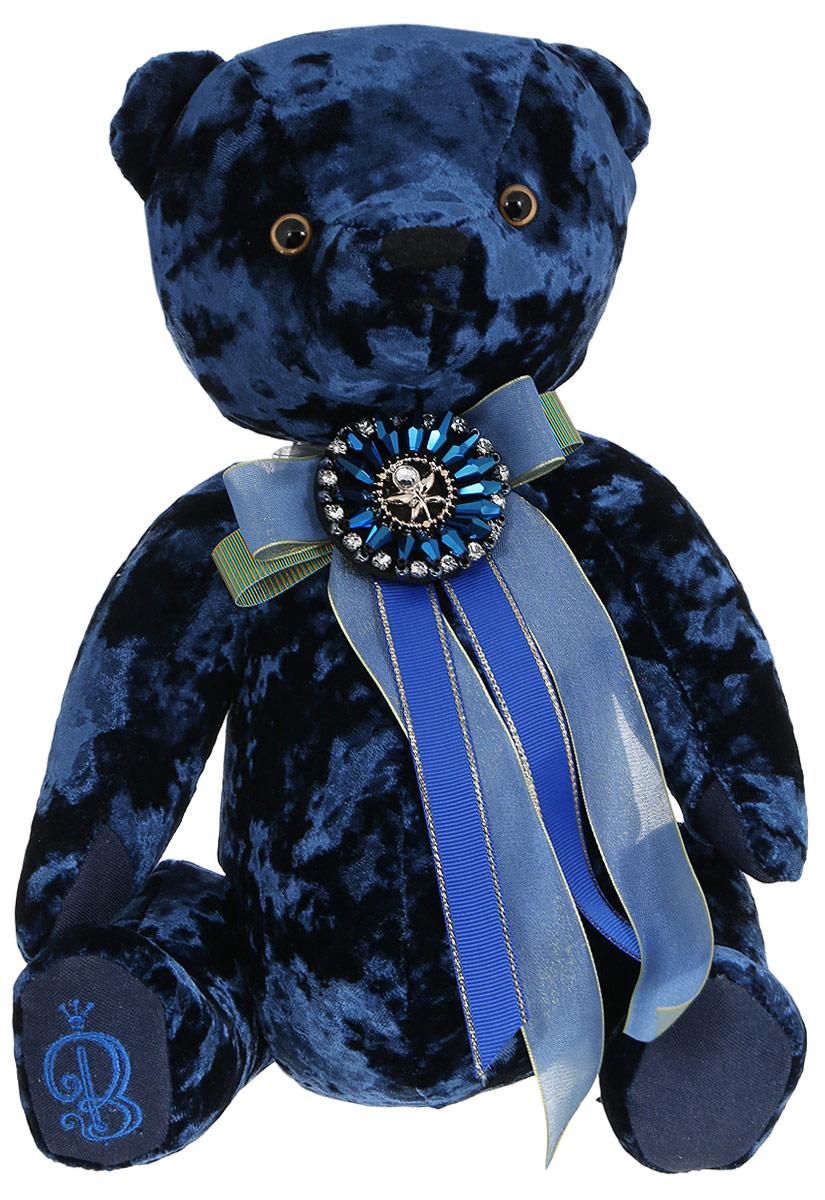 BernArt Мягкая игрушка Медведь цвет сапфировый 28 смBAs-50Мягкая игрушка BernArt Медведь - воплощение безупречного стиля и качества. Медведь BernArt - стильная классика, премиум подарок для самых взыскательных персон. Медведь выполнен из качественного материала, голова и лапки игрушки подвижные. На шее у мишки - оригинальное украшение. Игрушка поставляется в стильной открытой коробке и фирменном пакете.