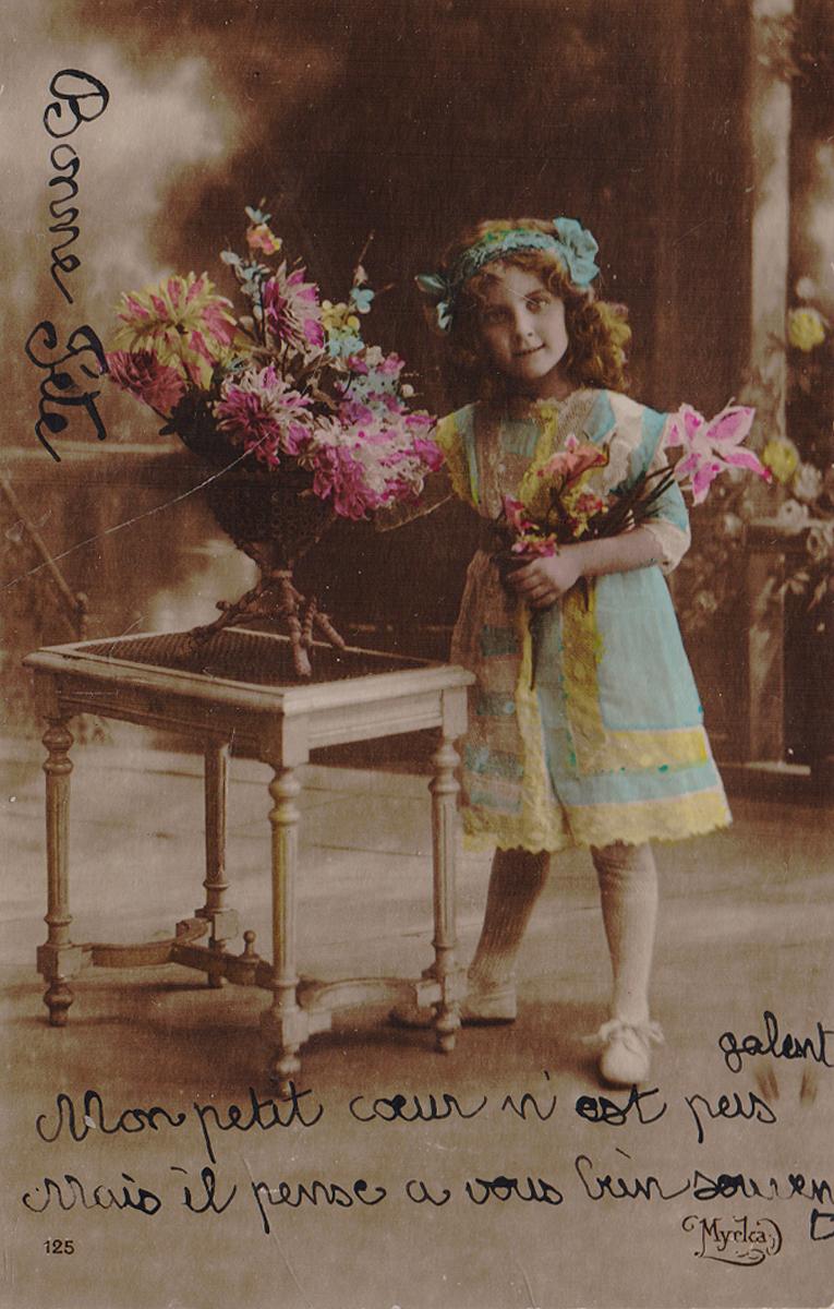 Девочка с букетом. Почтовая карточка