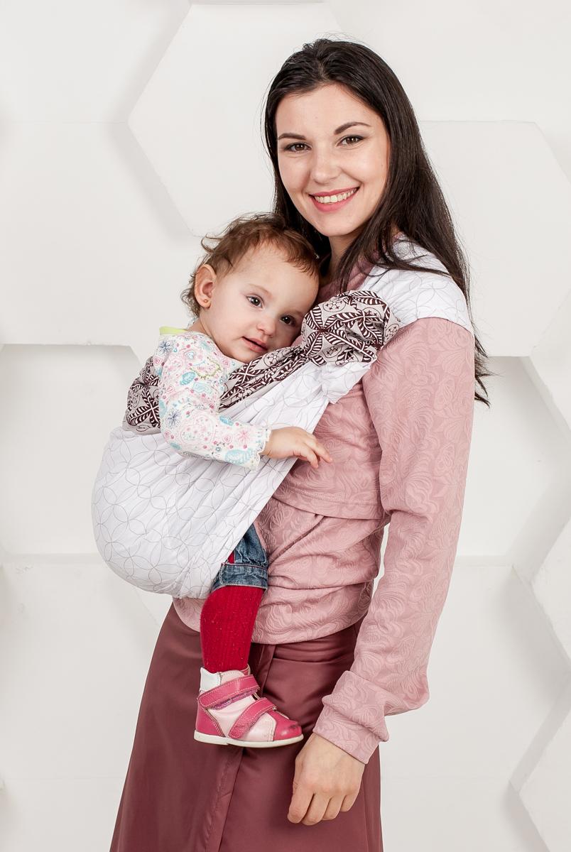 Мамарада Слинг с кольцами Нежность Размер S (42-44)780Слинг с кольцами позволяет носить ребенка как горизонтально в положении Колыбелька так и в вертикальном положении. В слинге в положении Колыбелька малыш располагается точно так же, как у мамы на руках, что особенно актуально для новорожденного. Ткань слинга равномерно поддерживает спинку малыша по всей длине. Малышу комфортно и спокойно рядом с мамой. Мама в это время может заняться полезными делами или прогуляться. В положении Колыбелька очень удобно кормить ребенка грудью. В слинге в вертикальном положении ножки ребенка разводятся лягушкой. Это положение снимает нагрузку с копчика — ребенок поддерживается нижним бортиком слинга под коленками, а верхним прижимается к маминой груди. Положение ребенка в слинге лягушкой – прекрасная профилактика дисплазии. Слинг из пакистанской бязи (хлопок 100%) с металлическими кольцами. При изготовлении этого вида ткани используются очень тонкие нити, но плотно переплетенные, за счет чего ткань становится тонкой,...