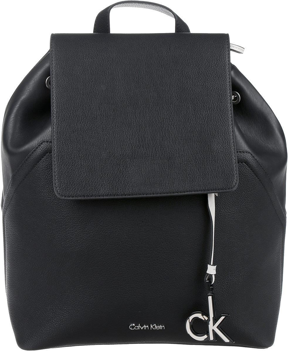 Рюкзак женский Calvin Klein Jeans, цвет: черный. K60K602392_9100K60K602392_9100Модный женский рюкзак Calvin Klein Jeans выполнен из полиуретана и текстиля. Изделие имеет одно основное отделение, которое закрывается на затягивающийся шнурок и дополнительно на клапан с защелкой. Внутри расположены два накладных открытых кармана и прорезной карман на застежке-молнии. Рюкзак оснащен текстильными регулируемыми лямками и удобной ручкой для переноски в руках. Модель украшена фирменным брелоком.