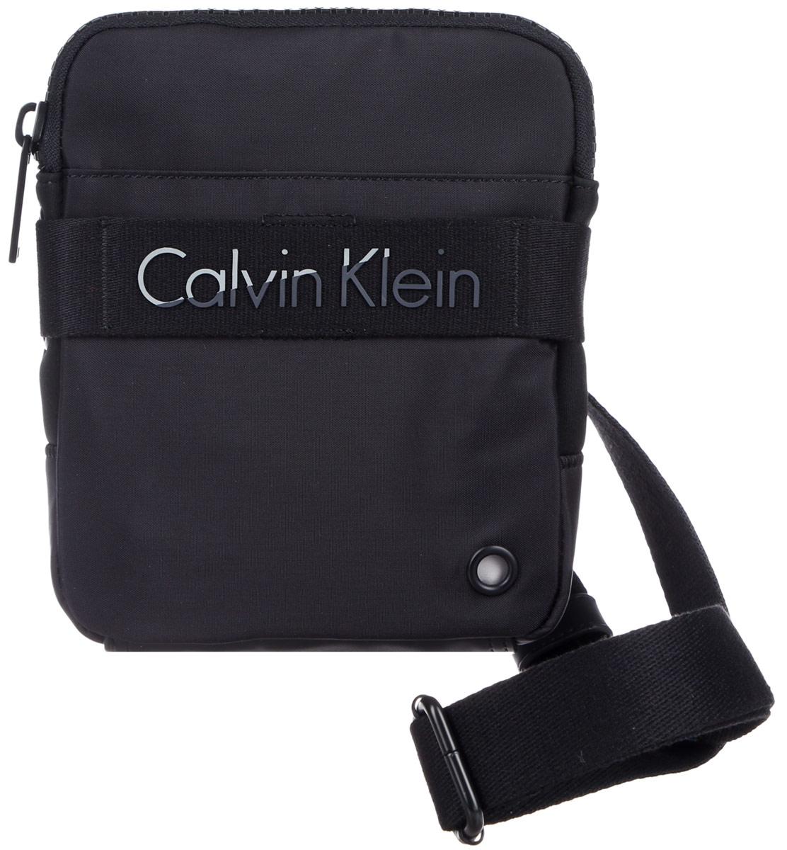 Сумка мужская Calvin Klein Jeans, цвет: черный. K50K502277_0010K50K502277_0010Стильная мужская сумка Calvin Klein Jeans выполнена из полиуретана, полиамида и полиэстера. Изделие имеет одно отделение, которое закрывается на застежку-молнию. Задняя часть сумки дополнена мягкой сетчатой вставкой, которая обеспечивает комфорт при носке. Сумка оснащена текстильным плечевым ремнем, который регулируется по длине. Стильная сумка идеально подчеркнет ваш неповторимый стиль.