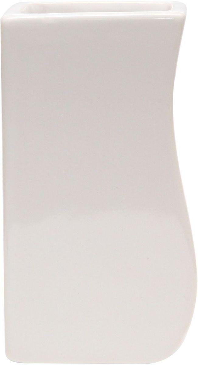 Стакан для зубных щеток Proffi Home Кубикс, 250 мл. PH6500PH6500Стакан для зубных щеток - это практичный аксессуар, помогающий навести порядок и организовать хранение разных принадлежностей в ванной комнате. В нем удобно хранить зубные щетки, тюбики с зубной пастой и другие мелочи. Керамика, из которой сделан стакан, выгодно отличается от других материалов в первую очередь натуральностью и благородным внешним видом. Этот материал устойчив к перепадам температур, повышенной влажности и бытовым химическим средствам. Благодаря стильному и современному дизайну такой аксессуар отлично впишется в любой интерьер ванной комнаты и станет ее украшением. Материал: керамика. Цвет: белый. Страна-изготовитель: Китай. Размеры: 6.4X6.3X11.5 см