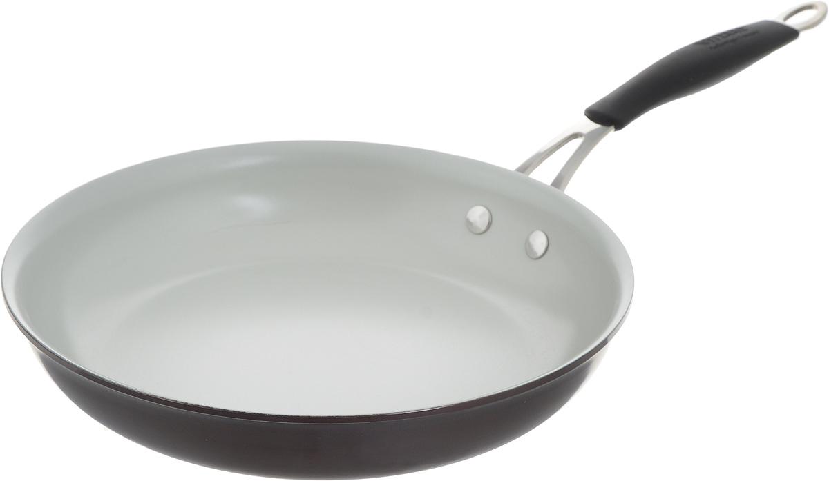 Сковорода Vitesse, с керамическим покрытием. Диаметр 24 см. VS-1917VS-1917_бордовый, серый, черныйСковорода Vitesse изготовлена из высококачественного алюминия, что обеспечивает равномерное нагревание и быстрое доведение блюд до готовности. Внешнее цветное анодированное покрытие обеспечивает легкую чистку. Внутреннее керамическое покрытие абсолютно безопасно для здоровья человека и окружающей среды, так как не содержит вредной примеси PFOA и имеет низкое содержание CO в выбросах при производстве. Керамическое покрытие обладает высокой прочностью, что позволяет готовить при температуре до 450°С и использовать металлические лопатки. Кроме того, с таким покрытием пища не пригорает и не прилипает к стенкам. Готовить можно с минимальным количеством подсолнечного масла. Сковорода быстро разогревается, распределяя тепло по всей поверхности, что позволяет готовить в энергосберегающем режиме, значительно сокращая время, проведенное у плиты. Сковорода оснащена термостойкой ненагревающейся ручкой удобной формы, выполненной из нержавеющей стали с силиконовым покрытием. ...