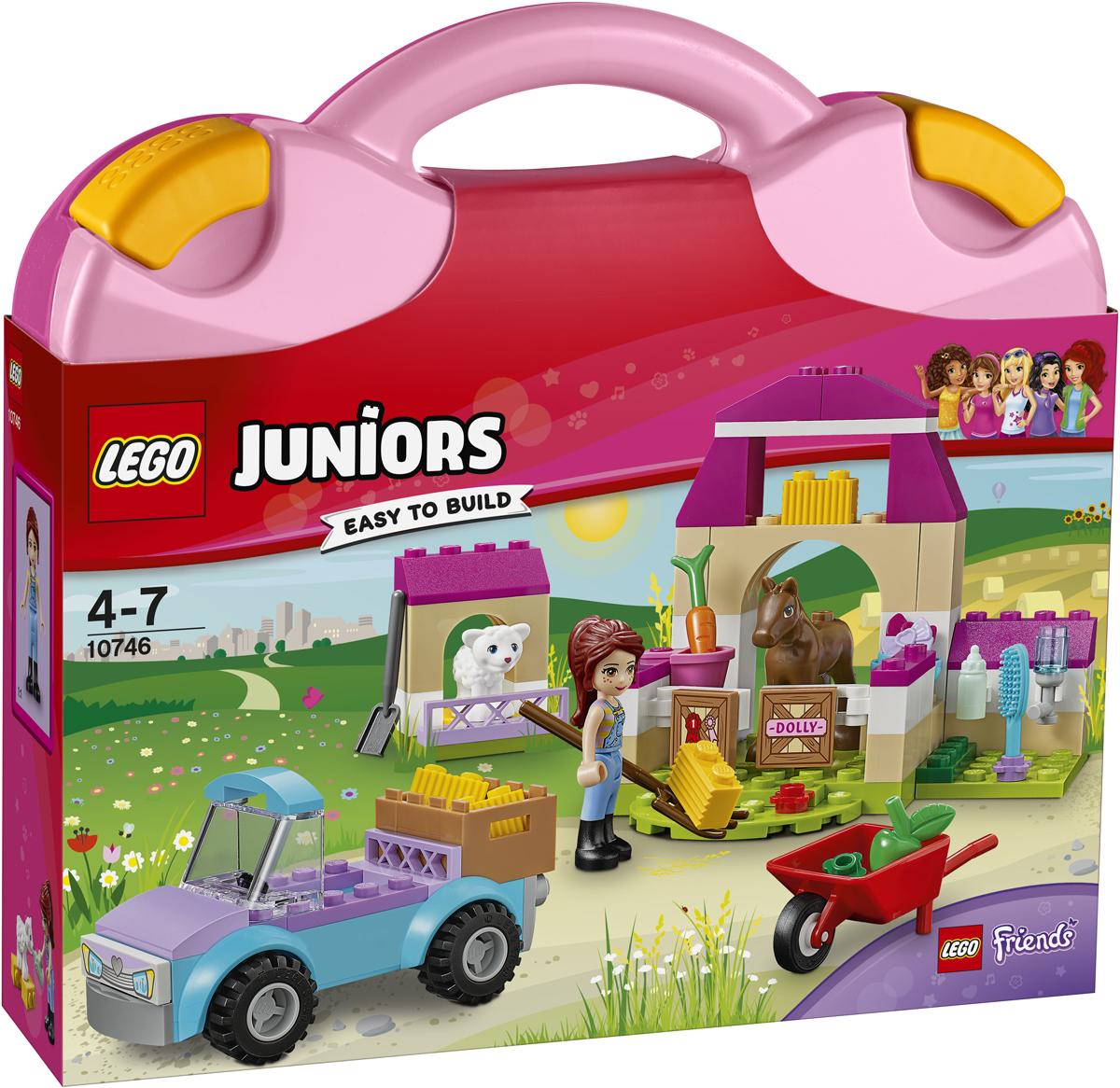 LEGO Juniors Конструктор Чемоданчик Ферма Мии 1074610746Погрузи урожай в кузов пикапа и отвези Мию на ферму. С помощью тачки перевези тюки сена в конюшню, а потом накорми маленького ягненка из бутылочки в его загончике. На ферме LEGO Friends столько дел! Только не забудь позаниматься с жеребенком выездкой! Заботься о животных из весёлого чемоданчика LEGO Juniors, где бы ты ни оказалась.