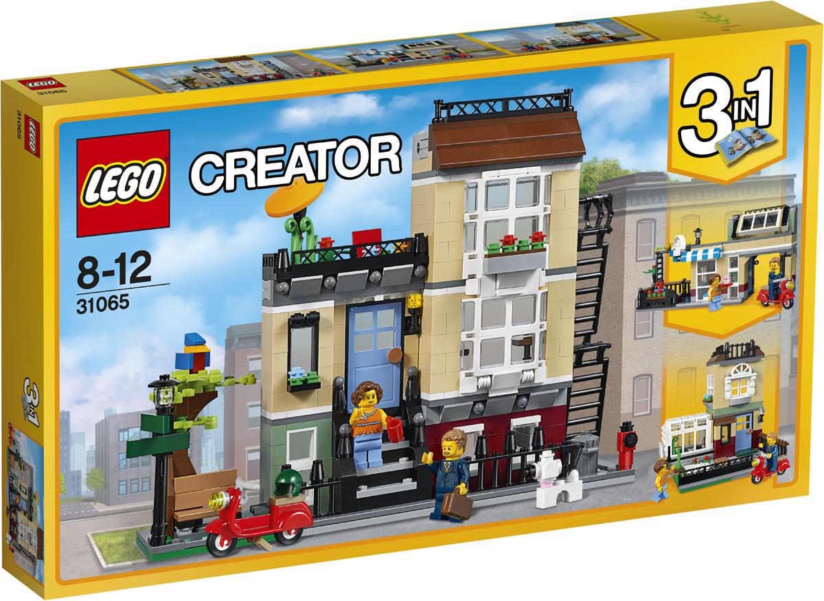 LEGO Creator Конструктор Домик в пригороде 3106531065К синей входной двери этого очаровательного трехуровневого таунхауса ведёт небольшая лесенка. Внутри ты обнаружишь много интересного! Например, в уютной гостиной стоят телевизор с плоским экраном и диван, а ещё в доме есть комната с камином и кухня со всем необходимым. Если ты поднимешься по лестнице на второй этаж, там ты найдёшь удобную спальню, с балкона которой открывается вид на парк. Здесь ты можешь разводить цветы или наслаждаться коктейлями, укрывшись от солнца под зонтиком. А если тебе надоест сидеть дома, отправляйся на прогулку с милой собачкой или покатайся на крутом скутере! Этот удивительный набор трансформируется в Городское кафе или Пригородный дом с теплицей.