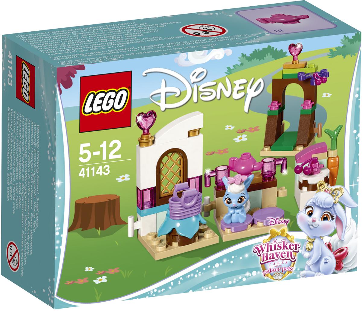 LEGO Disney Princesses Конструктор Кухня Ягодки 4114341143Отправляйся на прекрасно оборудованную кухню Ягодки, крольчонка принцессы Disney Белоснежки, и приступай к работе. Ягодка обожает печь пироги и устраивать вечеринки для своих друзей. Подойди к ажурной калитке, над которой нависают ветви вишнёвого дерева, и собери несколько ягод, чтобы украсить пирог. Пока пирог выпекается, можешь положить ягоды на стол у окна. Когда до прихода гостей останется несколько минут, можно успеть немножко отдохнуть и выпить чашку чая.