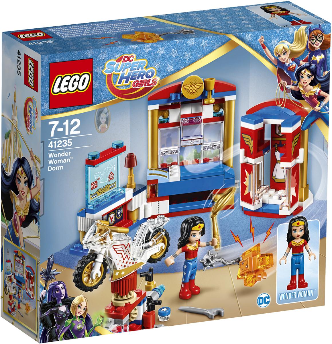 LEGO DC Super Hero Girls Конструктор Дом Чудо-женщины 4123541235После уроков помоги Чудо-женщине починить её невидимый мотоцикл. Будь осторожна! Противный маленький Криптомит забрался в шкаф и хочет стянуть золотое лассо Чудо-женщины. Быстрее, закрой дверцы шкафа! Попался! Держись от вещей Чудо-женщины подальше!
