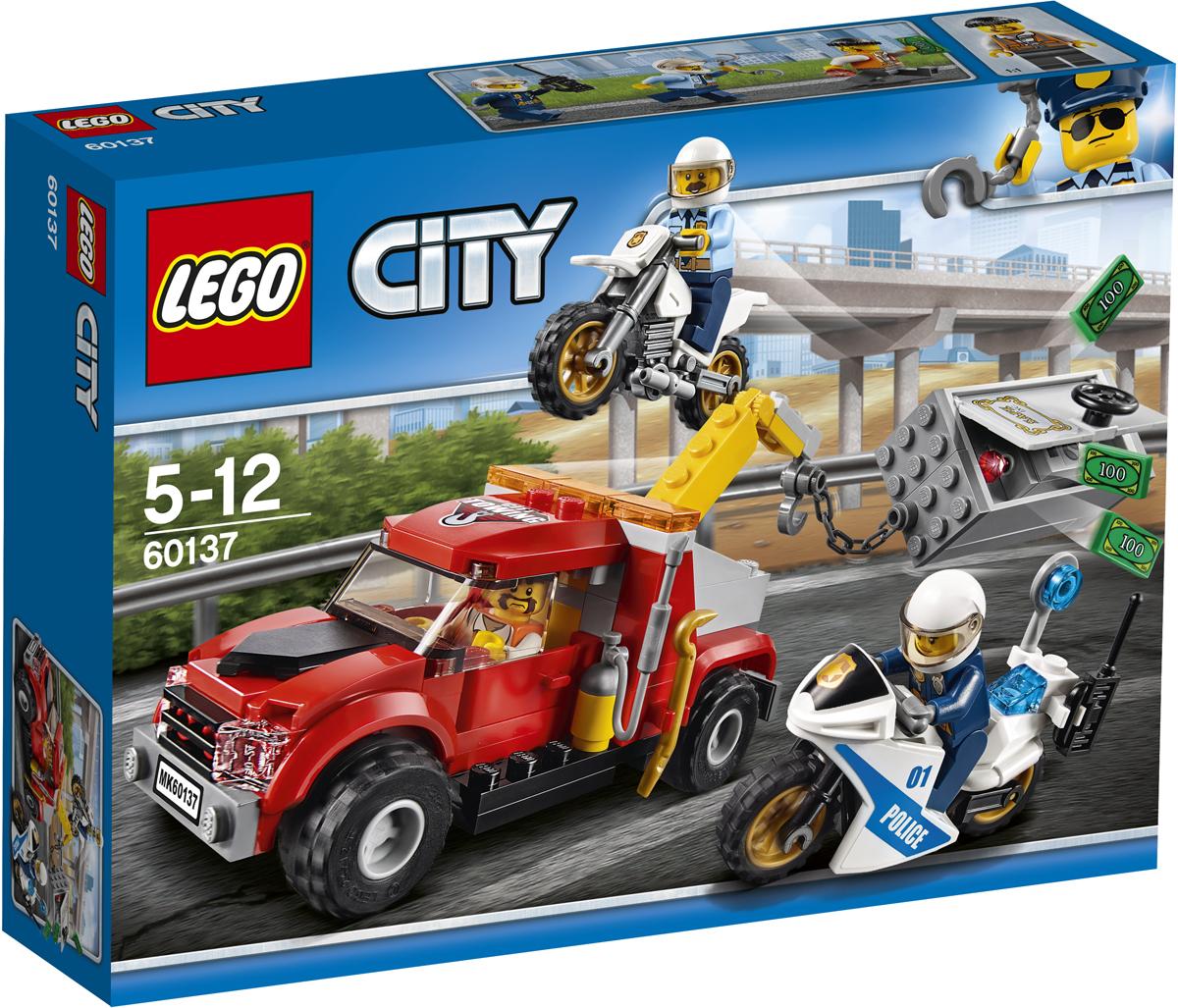 LEGO City Конструктор Побег на буксировщике 6013760137Помогите офицерам на мотоциклах составить план поимки воришек! Прыгайте в седло мотоцикла-внедорожника или гоночного мотоцикла и гоните за буксировщиком. Верните сейф, произведите молниеносный арест и отправьте воришку в тюрьму. Еще один захватывающий рабочий день в полиции LEGO City. Набор включает в себя 144 разноцветных пластиковых элемента. Конструктор - это один из самых увлекательных и веселых способов времяпрепровождения. Ребенок сможет часами играть с конструктором, придумывая различные ситуации и истории.