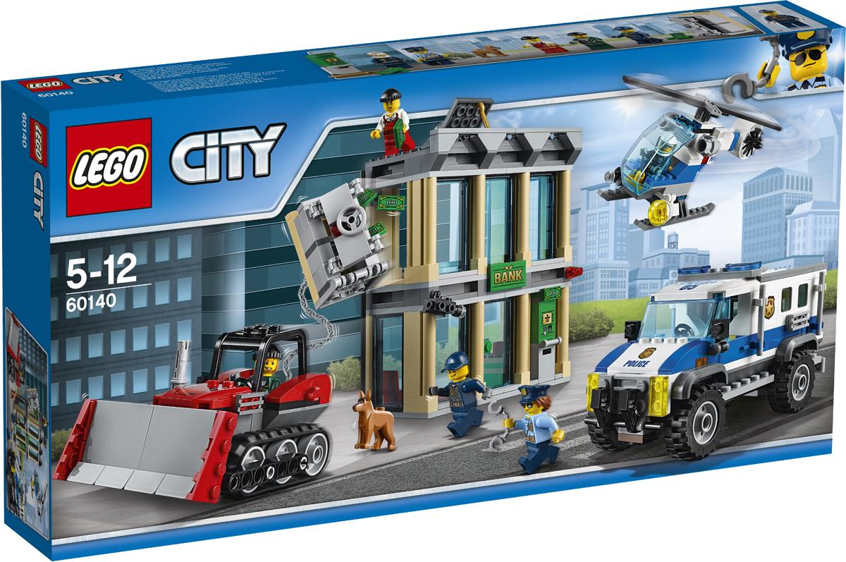 LEGO City Конструктор Ограбление на бульдозере 6014060140Вызывайте ударную группу полиции. Воры пытаются ограбить банк! Заводите полицейский грузовик, а потом отправляйте на место преступления вертолет с прожектором, чтобы можно было следить за происходящим внизу. Не упустите из виду бульдозер воришек. Они пытаются вытащить сейф из стены! Вызовите полицию, полицейскую собаку и ударную группу, чтобы окружить воров, пресечь преступление и вернуть украденную добычу! Набор включает в себя 561 разноцветный пластиковый элемент. Конструктор - это один из самых увлекательных и веселых способов времяпрепровождения. Ребенок сможет часами играть с конструктором, придумывая различные ситуации и истории.