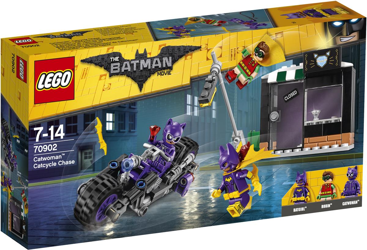 LEGO Batman Movie Конструктор Погоня за Женщиной-кошкой 7090270902Женщина-кошка ограбила ювелирный магазин и пытается скрыться с места преступления на своем мотоцикле. Отправляйся вместе с Бэтгёрл и Робином ей наперерез. Но берегись кнута Женщины-кошки и не попади под падающий фонарный столб, который она сбивает своим мотоциклом. Нападай на беглянку вместе с Бэтгёрг, вооруженной бэтарангами, а Робин в это время сможет спрыгнуть с крыши магазина прямо на мотоцикл. Поймай суперзлодейку и верни драгоценности.