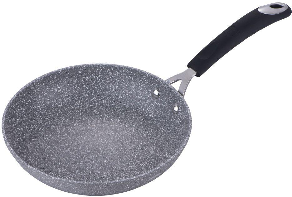 Сковорода Berlinger Haus Stone Touch Line, цвет: серый, черный, 24 см. 1146-ВН1146-ВНСковорода диаметр 24см, кованый алюминий, 3 слоя мраморно-каменного покрытия, толщина стенок 0,5 см, клепанная эргономичная ручка soft touch с термостойким силиконом, индукционное дно, цвет: серый/черный, упаковка: цветной рукав, подставка под горячее в подарок, упаковка: пакет