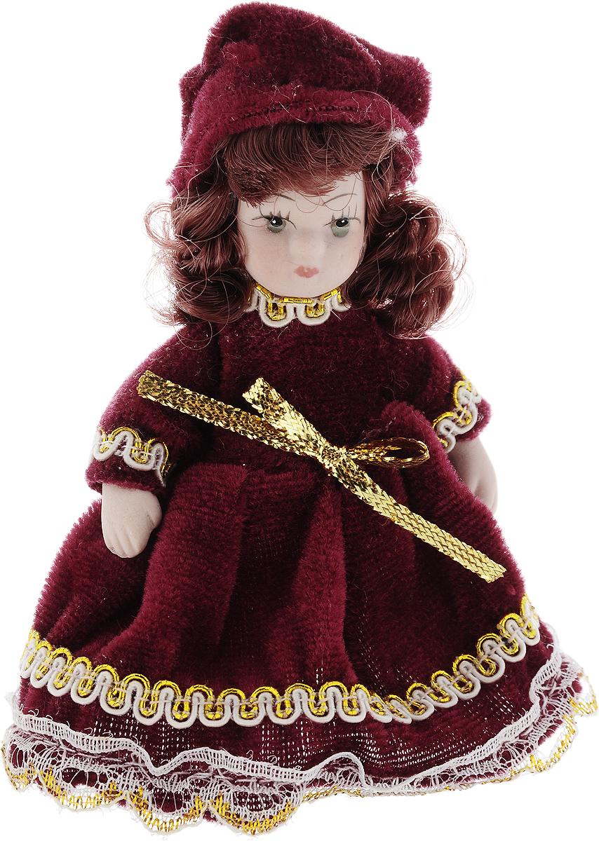 Фигурка декоративная Lovemark Кукла, цвет: бордовый, золотистый, высота 10 см24719_бордовый, золотистыйФигурка декоративная Lovemark Кукла изготовлена из керамики в виде куклы с кудрявыми каштановыми волосами, большими глазами и ресницами. Куколка одета в длинное бархатное платье, декорированное золотистой тесьмой и бантиком, и шапочку. Вы можете поставить фигурку в любое место, где она будет красиво смотреться и радовать глаз. Кроме того, она станет отличным сувениром для друзей и близких. А прикрепив к ней петельку, такую куколку можно подвесить на елку. Размер: 10 х 3,5 см.