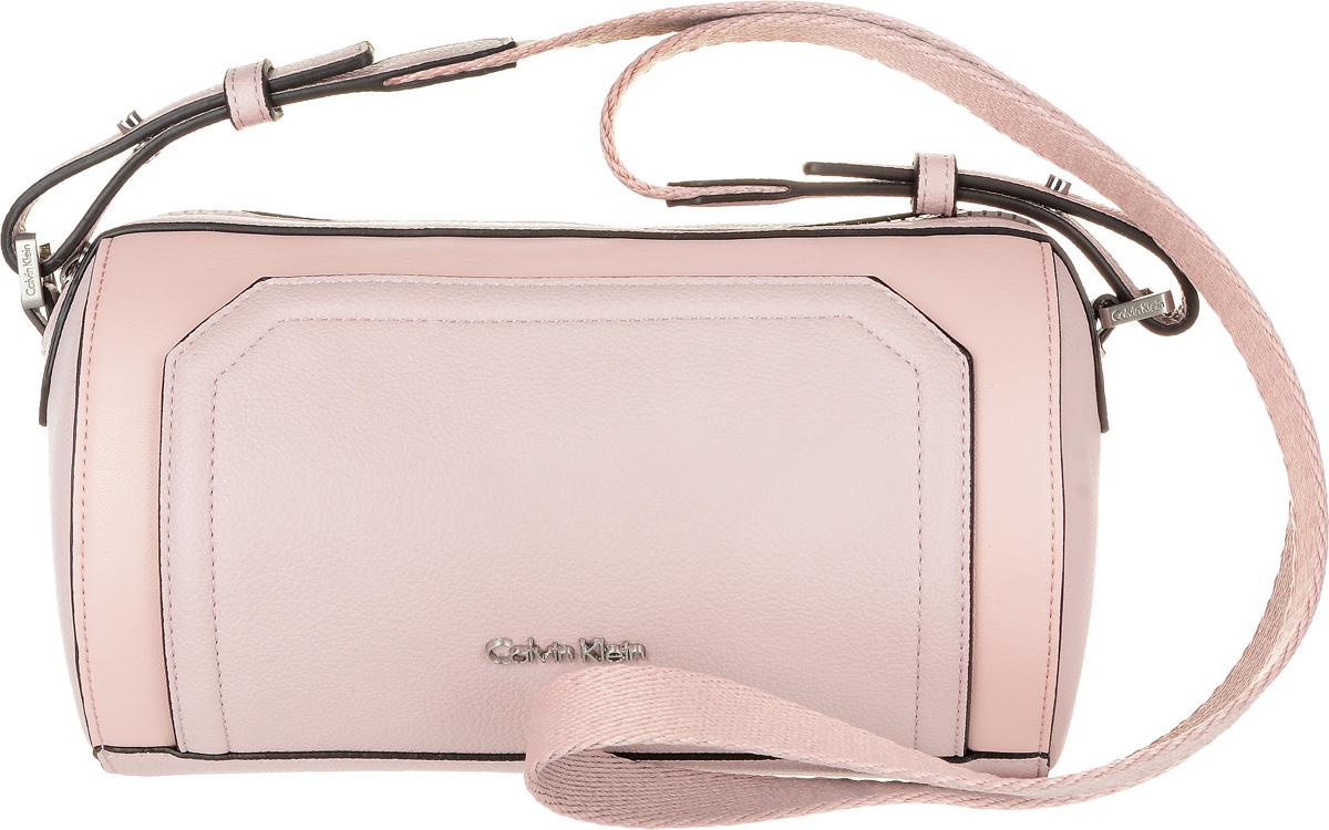 Сумка женская Calvin Klein Jeans, цвет: бледно-розовый. K60K602410_9080K60K602410_9080Стильная женская сумка Calvin Klein Jeans выполнена из полиуретана и текстиля. Изделие имеет одно основное отделение, которое закрывается на застежку- молнию. Внутри находится один накладной открытый карман. Модель оснащена плечевым ремнем регулируемой длины.
