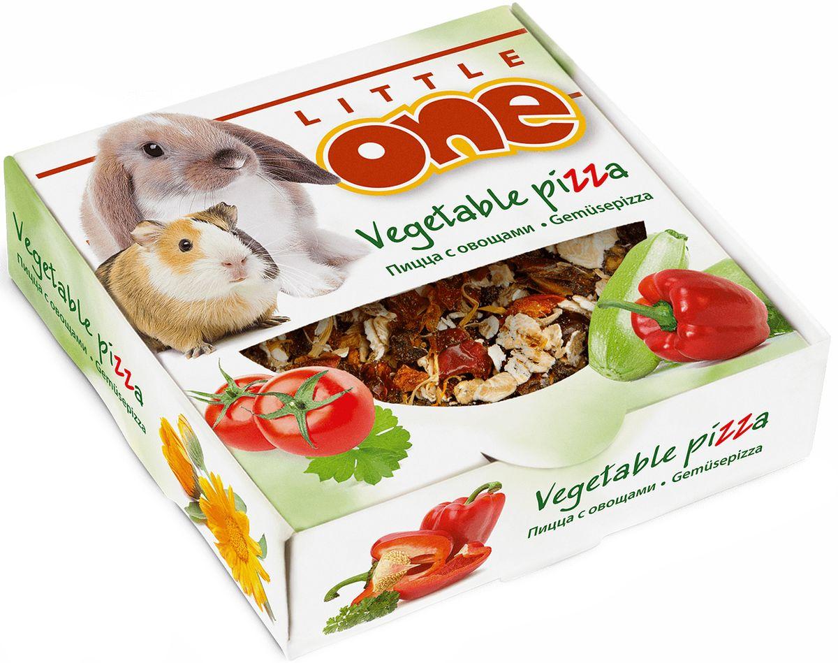 Лакомство-игрушка для всех видов грызунов Little One Пицца с овощами, 55 г59002Овощная пицца Little One приготовлена специально для декоративных животных. Ее основа изготовлена из ароматной петрушки, выращенной в открытом грунте под солнцем. Овощной топпинг состоит из сушеного кабачка, томата, перца, лепестков календулы и овсяных хлопьев. Такой состав делает пиццу настоящим удовольствием для домашних питомцев, а также источником витаминов и других питательных веществ. Форма пиццы очень удобна для разгрызания, что способствует стачиванию постоянно растущих зубов у грызунов и кроликов.