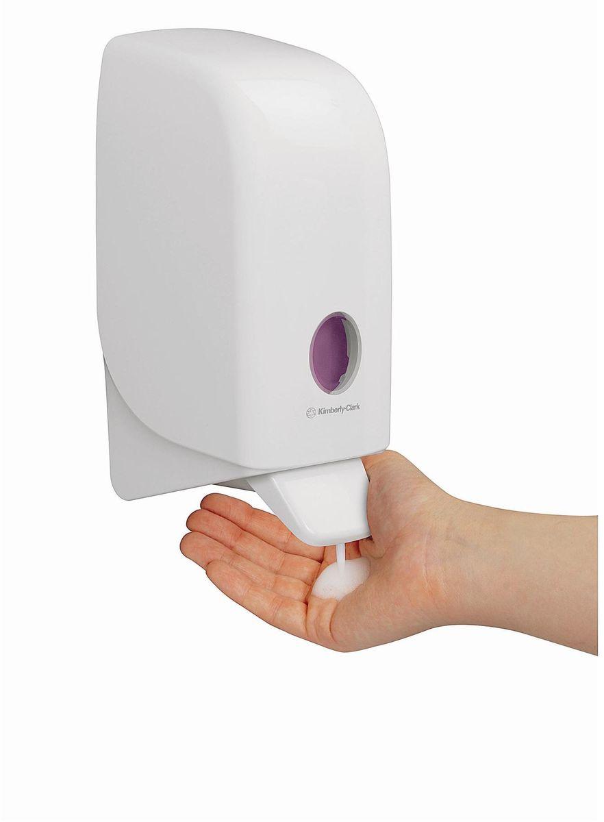 Диспенсер для мыла Aquarius, цвет: белый, 1 л. 69486948Ассортимент диспенсеров для моющих средств для рук из скоординированной линейки диспенсеров для туалетных комнат. Диспенсеры мотивируют сотрудников соблюдать гигиенические нормы, повышают уровень комфорта, демонстрируют заботу о персонале и помогают сократить расходы. Идеальное решение для подачи жидкого или пенного мыла. Максимальная универсальность и сокращение затрат, легкая заправка при большой вместимости обеспечивает потребности любых туалетных комнат. Формат поставки: диспенсер современного дизайна, обтекаемой формы, обеспечивающий быструю заправку; белое глянцевое, легко очищаемое покрытие; отсутствие мест скопления пыли и грязи; смотровое окно для контроля за расходными материалами; возможность выбора цветовых вставок в соответствие с интерьером конкретных туалетных комнат. Замена диспенсера 6964, 6976 и 6983. Совместим с моющими средствами: 6330, 6331, 6332, 6333, 6334, 6340, 6341, 6342, 6352, 6385.