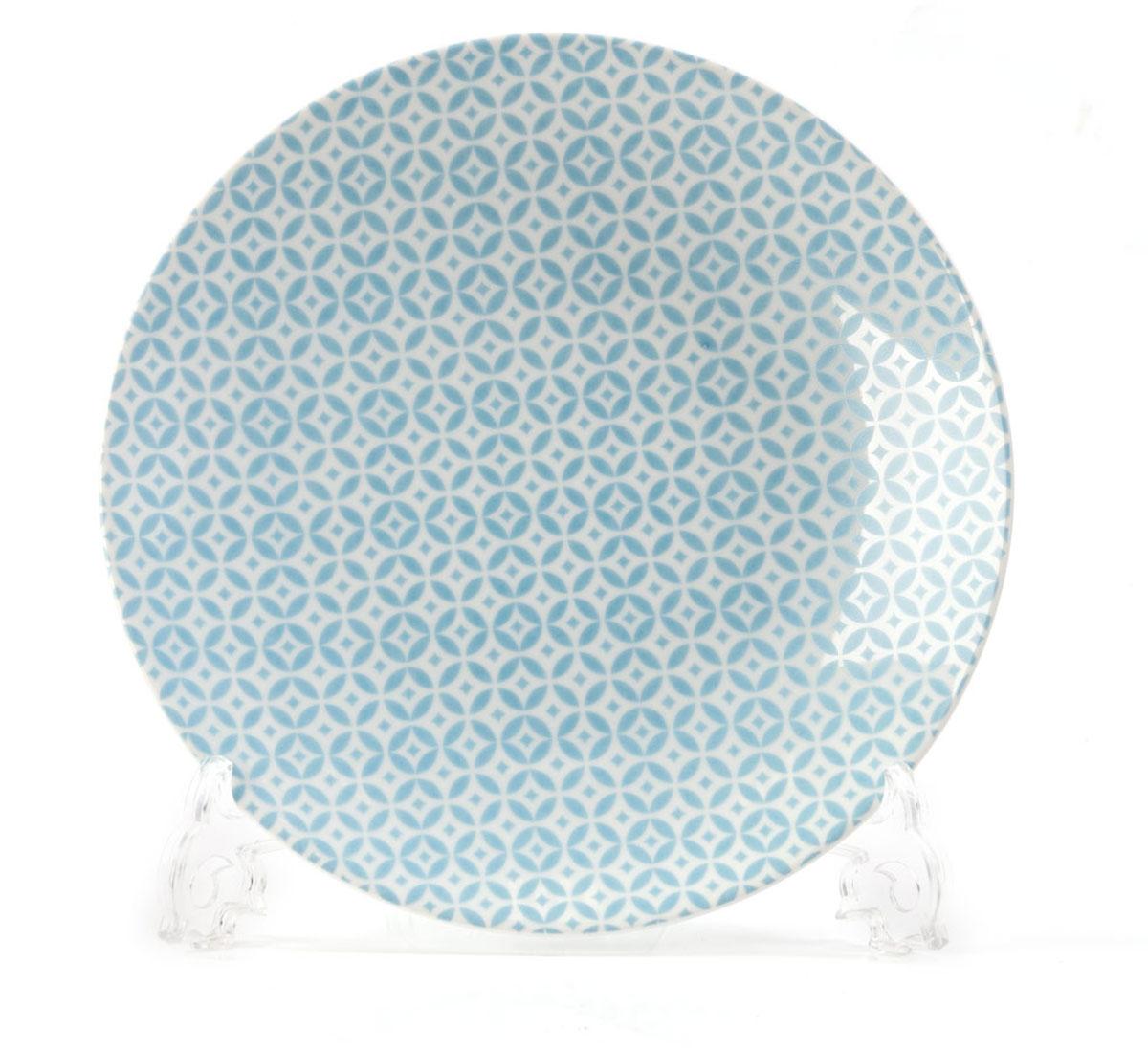 Тарелка La Rose des Sables Витон, цвет: голубой, белый, диаметр 21 см720121 2303Тарелка La Rose des Sables Витон выполнена из высококачественного тунисского фарфора, изготовленного из уникальной белой глины. На всех изделиях La Rose des Sables можно увидеть маркировку Pate de Limoges. Это означает, что сырье для изготовления фарфора добывают во французской провинции Лимож, и качество соответствует высоким европейским стандартам. Все производство расположено в Тунисе. Особые свойства этой глины, открытые еще в 18 веке, позволяют создать удивительно тонкую, легкую и при этом прочную посуду. Благодаря двойному термическому обжигу фарфор обладает высокой ударопрочностью, стойкостью к сколам и трещинам, жаропрочностью и великолепным блеском глазури. Коллекция Витон - это изысканная классика, дополненная красивым орнаментом по всей поверхности. Эта фарфоровая посуда станет настоящим украшением вашего стола. Прекрасный вариант как для праздничной, так и для повседневной сервировки стола. Можно использовать в СВЧ печи и мыть в посудомоечной...