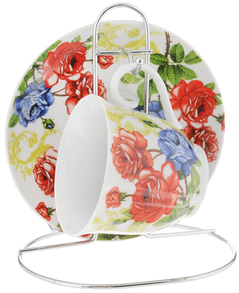 Чайная пара Bella, на подставке, 3 предмета. DL-F1MS-178DL-F1MS-178Чайная пара Bella, изготовленная из высококачественного фарфора, состоит из чашки и блюдца, декорированных изящным изображением красных цветов. Предметы набора помещаются на металлическую подставку. Изысканное оформление, несомненно, придется по вкусу ценителям классического стиля. Чайная пара Bella украсит ваш кухонный стол, а также станет замечательным подарком к любому празднику. Объем чашки: 220 мл. Диаметр чашки (по верхнему краю): 8 см. Высота чашки: 7 см. Диаметр блюдца: 14 см. Высота блюдца: 1,7 см. Высота подставки: 15 см.