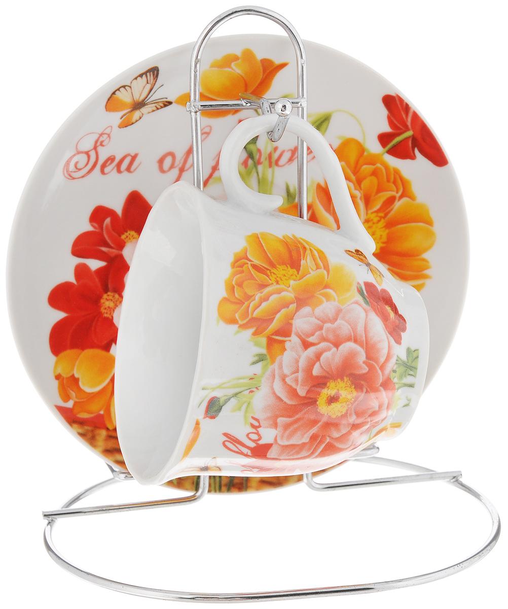 Чайная пара Bella, на подставке, 3 предмета. DL-F1MS-177DL-F1MS-177Чайная пара Bella, изготовленная из высококачественного фарфора, состоит из чашки и блюдца, декорированных изящным изображением красных цветов. Предметы набора помещаются на металлическую подставку. Изысканное оформление, несомненно, придется по вкусу ценителям классического стиля. Чайная пара Bella украсит ваш кухонный стол, а также станет замечательным подарком к любому празднику. Объем чашки: 220 мл. Диаметр чашки (по верхнему краю): 8 см. Высота чашки: 7 см. Диаметр блюдца: 14 см. Высота блюдца: 1,7 см. Высота подставки: 15 см.