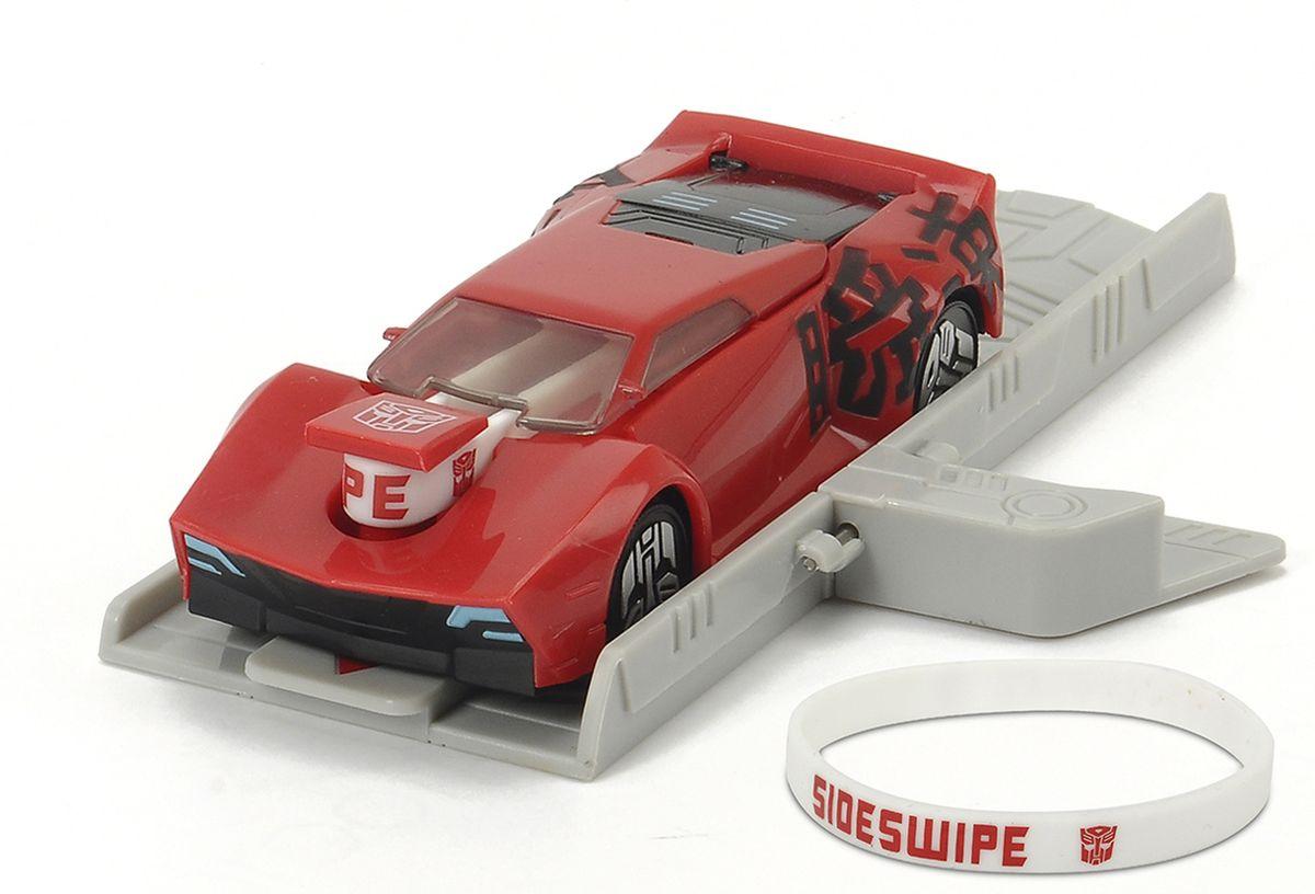 Dickie Toys Машинка Sideswipe с платформой для запуска3112002, 203112002 SIRОригинальная машинка Dickie Toys Sideswipe надолго займет внимание вашего ребенка. Sideswipe - это автобот, один из главных героев мультфильма Трансформеры. Игрушка выполнена из прочного пластика в виде яркой машины. Колесные диски машины декорированы логотипом автоботов. Машина снабжена резиновым браслетом и платформой для запуска. Чтобы запустить машинку необходимо поставить машинку на платформу, одеть резинку на машинку, оттянуть заднюю часть машинки и отпустить. Браслет можно использовать для запуска машинке или носить на руке, как аксессуар. Эта машинка будет отличным подарком всем поклонникам Трансформеров.