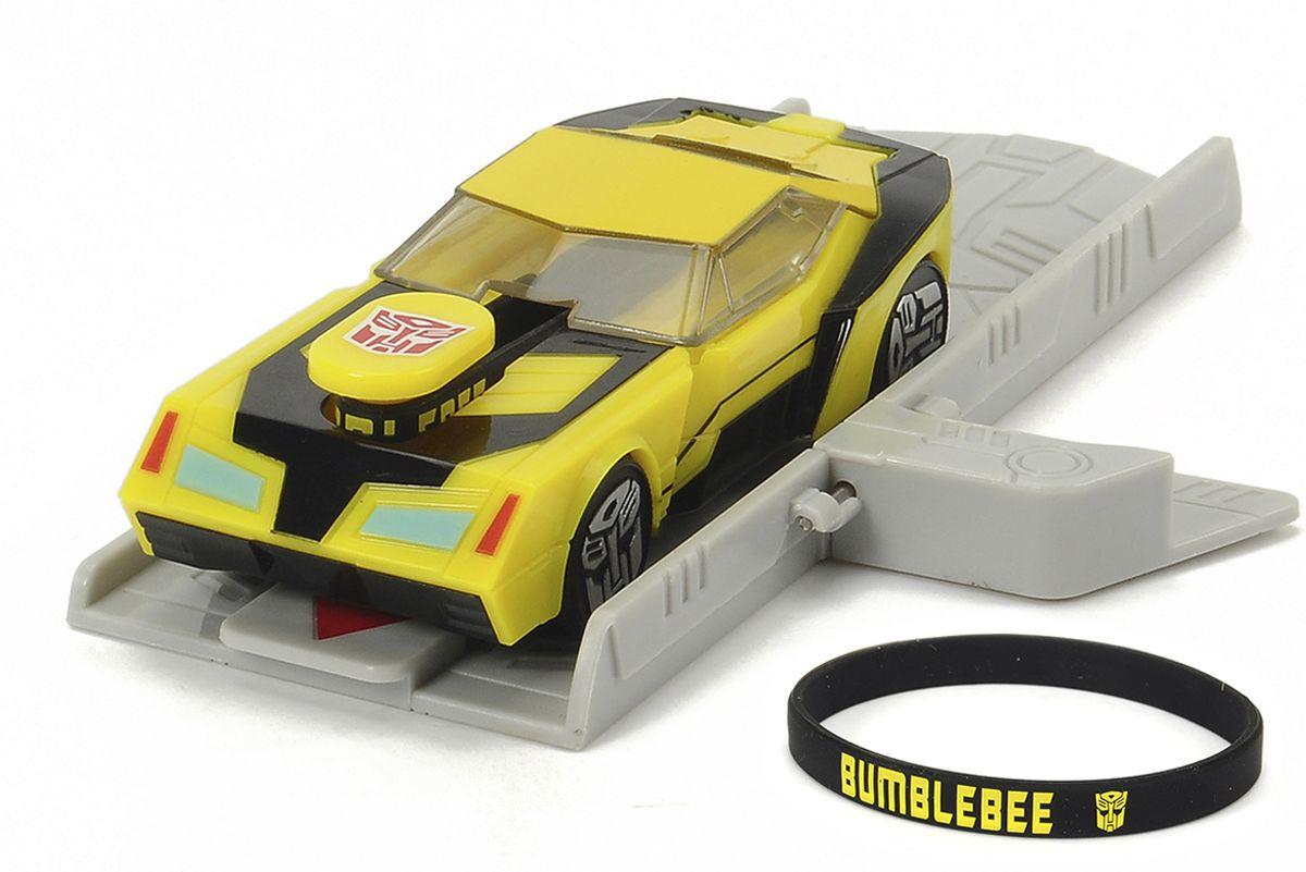 Dickie Toys Машинка Bumblebee с платформой для запуска3112001, 203112001 SIRОригинальная машинка Dickie Toys Bumblebee надолго займет внимание вашего ребенка. Bumblebee - это автобот, один из главных героев мультфильма Трансформеры. Игрушка выполнена из прочного пластика в виде яркой машины. Колесные диски машины декорированы логотипом автоботов. Машина снабжена резиновым браслетом и платформой для запуска. Чтобы запустить машинку необходимо поставить машинку на платформу, надеть резинку на машинку, оттянуть заднюю часть машинки и отпустить. Браслет можно использовать для запуска машинки или носить на руке, как аксессуар. Эта машинка будет отличным подарком всем поклонникам Трансформеров.