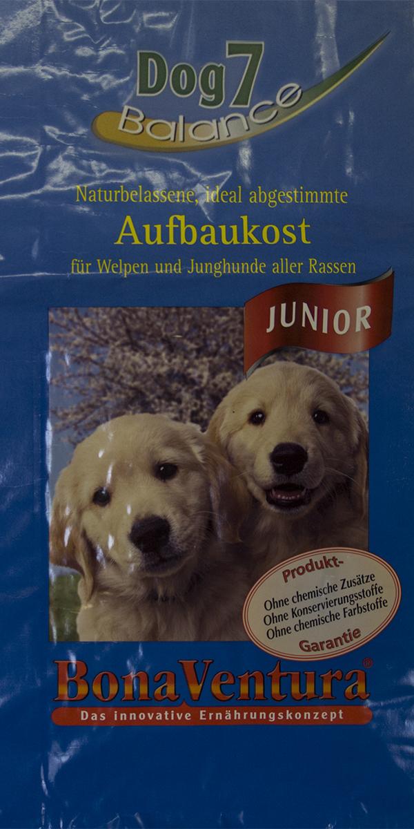 Корм сухой BonaVentura Dog 7 Junior, для щенков и молодых собак, 12,5 кг205512Натуральный высокопитательный корм гарантирует здоровый рост щенков и молодых собак всех пород. Благодаря легкоусвояемым и ценным ингредиентам, этот корм так же оптимально подходит для беременных и кормящих собак. Корм содержит разные виды мяса, необходимого для нормального роста и развития вашего щенка Корм произведен в Германии из продуктов, пригодных в пищу человека по специальной технологии схожей с технологией Sous Vide. Благодаря уникальной технологии, схожей с технологий Souse Vide, при изготовлении сохраняются все натуральные витамины и минералы. Это достигается благодаря бережной обработке всех ингредиентов при температуре менее 80 градусов. Такая бережная обработка продуктов не стерилизует продуктовые компоненты. Благодаря этому корма не нуждаются ни в каких дополнительных вкусовых добавках и сохраняют все необходимые полезные вещества. При производстве кормов используются исключительно свежие натуральные продукты: мясо, овощи и зерновые; Приготовлено из 100%...