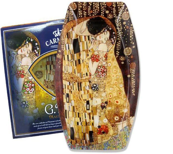 Блюдо Carmani Поцелуй (Г. Климт), 30х19,5 смCAR198-8041-ALТорговая марка Carmani (Польша) известна с XIX века. Основатель марки, Престон Кармани, принадлежал к высшему свету Европы, известному своими прогрессивными идеями и тягой к искусству. Конкурентными преимуществами марки Carmani является высокое качество продукции и неповторимый дизайн. Процесс разработки нового предмета представляет собой сочетание традиционных методов и современных компьютерных технологий. Следует отметить, что каждая серия кружек Carmani имеет яркую индивидуальность, оригинальный дизайн и отражает разные темы, связанные с развитием и культурой человечества. Стеклянные тарелки и карманные зеркала с изображением прекрасных дам с полотен известных художников, выпускаются ограниченным тиражом и имеют коллекционную ценность.