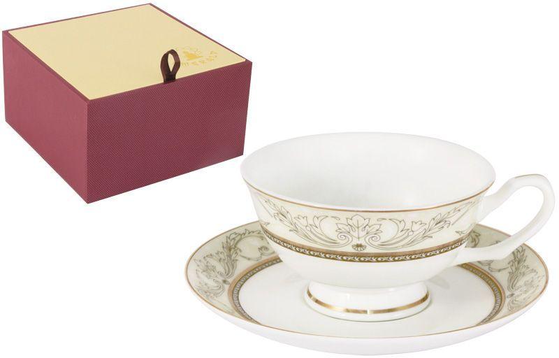 Чайная пара Emerald РомантикаE5-HV005011/CS-ALЧайная пара Emerald Романтика состоит из чашки и блюдца, выполненных из высококачественного костяного фарфора. Изделия легкие, белоснежные и прочные. Нанесение сверкающей глазури, не содержащей свинца, придает посуде превосходный блеск и особую прочность. Внешние стенки декорированы изысканным узором и дополнены золотистой эмалью. Такой набор станет отличным приобретением для кухни. Изящный дизайн сделает его оригинальным дополнением сервировки стола к чаепитию. Благодаря высокому качеству исполнения, разнообразным декорам и оптимальному соотношению цена - качество, посуда Emerald завоевала огромную популярность у покупателей и пользуется неизменно высоким спросом.