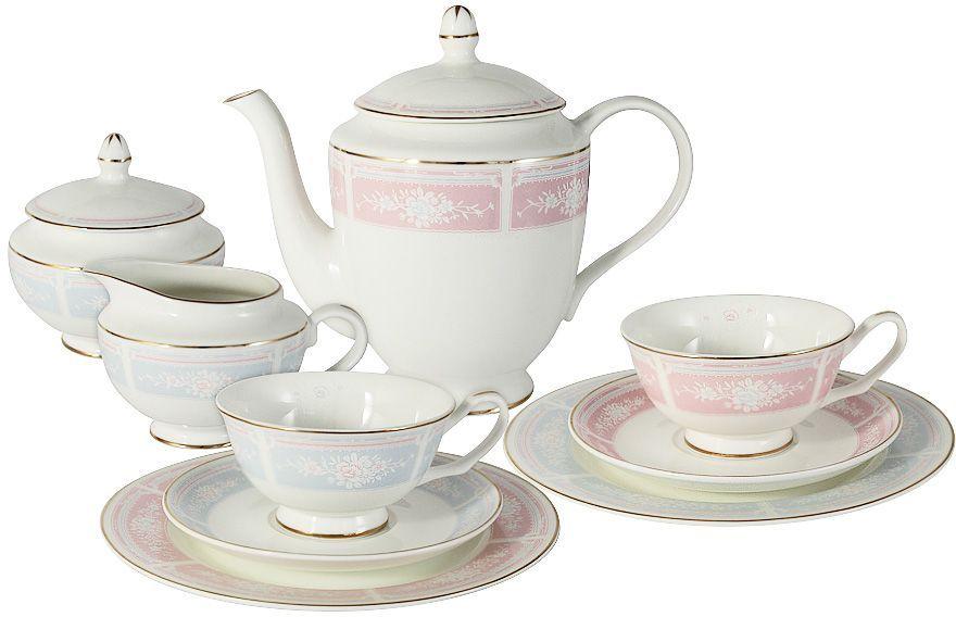 Чайный сервиз Emily Рашель, 21 предмет, 6 персон. E8-061AB/21-ALE8-061AB/21-ALЧайный сервиз Рашель 21 предмет на 6 персон (6 чашек 0,2л; 6 блюдец; 6 тарелок 20.5см, чайник1,0л, сахарница 0,25л, молочник 0,25л) Чайная и обеденная столовая посуда торговой марки Emily произведена из высококачественного костяного фарфора. Благодаря высокому качеству исполнения, разнообразным декорам и оптимальному соотношению цена – качество, посуда Emily завоевала огромную популярность у покупателей и пользуется неизменно высоким спросом. Изделия Emily представлены как в виде обеденных и чайных сервизов на 6 и 12 персон, так и отдельными предметами и небольшими наборами в подарочных упаковках: чашками с блюдцами, кружками, чайниками, салатниками, десертными тарелками, а также чашками в наборе с блюдцами и десертными тарелками. Поверхность изделий покрыта превосходной сверкающей глазурью, не содержащей свинца. Посуду марки Emily, на которой нет золотой или серебряной росписи, можно мыть в посудомоечной машине и использовать в микроволновой печи.