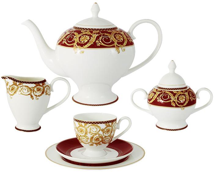 Чайный сервиз Emily Венеция, 21 предмет, 6 персон. E8-HA005/21-ALE8-HA005/21-ALЧайный сервиз Венеция 21 предмет на 6 персон (6 чашек 0,2л; 6 блюдец; 6 тарелок 21см, чайник1,4л, сахарница 0,35л, молочник 0,35л) Чайная и обеденная столовая посуда торговой марки Emily произведена из высококачественного костяного фарфора. Благодаря высокому качеству исполнения, разнообразным декорам и оптимальному соотношению цена – качество, посуда Emily завоевала огромную популярность у покупателей и пользуется неизменно высоким спросом. Изделия Emily представлены как в виде обеденных и чайных сервизов на 6 и 12 персон, так и отдельными предметами и небольшими наборами в подарочных упаковках: чашками с блюдцами, кружками, чайниками, салатниками, десертными тарелками, а также чашками в наборе с блюдцами и десертными тарелками. Поверхность изделий покрыта превосходной сверкающей глазурью, не содержащей свинца. Посуду марки Emily, на которой нет золотой или серебряной росписи, можно мыть в посудомоечной машине и использовать в микроволновой печи.