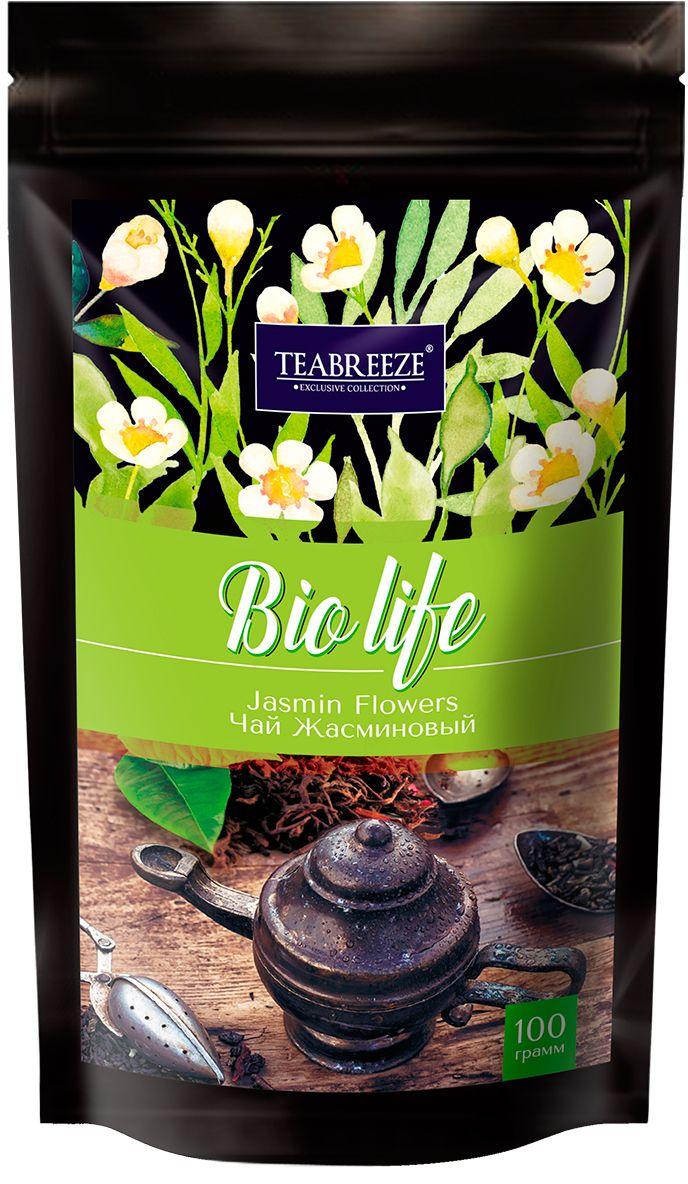 Teabreeze Жасминовый Чай листовой в пакетах с застежкой зип-лог, 100 гTB 1208-100Зеленый чай с нераспустившимися бутонами жасмина — это изысканный напиток Востока, который будет понятен даже самому неискушенному жителю Запада. Его сладковатый вкус и тонкий аромат не оставят равнодушными никого. «Жасминовый чай» прекрасно подойдет для первого знакомства с зеленым чаем, привнеся радость от этой встречи каждому человеку. Для «Жасминового чая» отбирается только лучший зеленый байховый чай весеннего сбора, к которому добавляются нераспустившиеся бутоны жасмина, собранные ранним утром. Получившуюся смесь высушивают вместе. После такой просушки получается напиток, источающий легкий цветочный аромат, создающий уникальный вкус, который запомнится надолго. Состав: Чай зеленый байховый китайский крупнолистовой, лепестки жасмина.