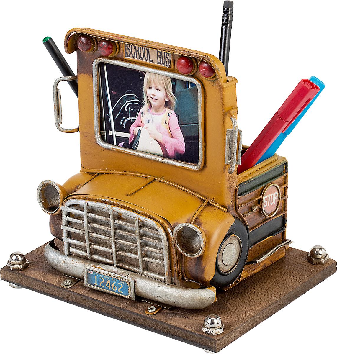 Фоторамка Platinum Школьный автобус, с подставкой для ручек, 6 х 8 см1404B-1286Фоторамка Platinum Школьный автобус, выполненная из металла, оснащена подставкой для ручек и карандашей. Такая фоторамка поможет вам оригинально и стильно дополнить интерьер помещения, а также позволит сохранить память о дорогих вам людях и интересных событиях вашей жизни.