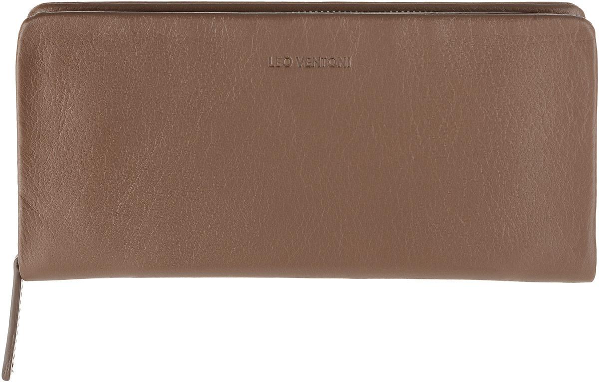 Кошелек мужской Leo Ventoni, цвет: коричневый. L330928L330928Полнокупюрный кошелек Leo Ventoni выполнен из мягкой натуральной кожи. Модель закрывается на застежку-молнию и содержит 3 отсека для купюр, чеков и бумаг, карман для монет на застежке-молнии, также есть 12 отделений для пластиковых карт и визиток. Лицевая сторона дополнена тиснением с названием бренда. Фурнитура серебряного цвета. Изделие упаковано в подарочную коробку. Аксессуары бренда Leo Ventoni нравятся любителям классики, предпочитающим добротность и качество в изделиях, желающим выглядеть изысканно, модно и дорого.
