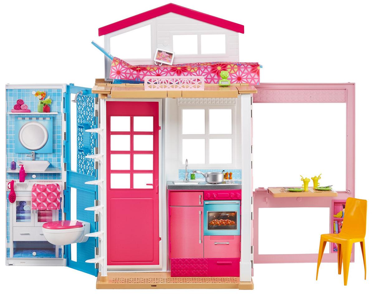 Barbie Двухэтажный домик для куклыDVV47Удобный в хранении кукольный домик — это два этажа веселья с Barbie! Ванная, кухня и комната с телевизором добавляют разнообразия в традиционную игру с кукольным домиком. А мебель, такая как стулья и большая кровать, превращающаяся в ванну (просто переверни, чтобы поменять их местами), вместе с тематическими аксессуарами добавляют игре реализма.