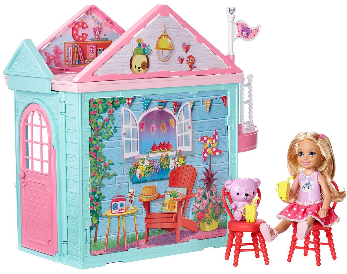 Barbie Домик ЧелсиDWJ50Двери двухэтажного клубного домика куклы Челси всегда открыты для тебя! Открой розовую дверь и встречай друзей! В домике есть кухня с открывающимися шкафчиками, второй этаж и работающий лифт с платформой для Челси и корзинкой для ее медвежонка (он тоже в комплекте)! В доме есть мебель. Яркий стол и стулья, напитки и навес от солнца так хороши для разговоров с друзьями! А в кровати на втором этаже можно мечтать днем или крепко спать ночью. Кукла Челси одета в милую юбочку в белый горошек и розовые сандалии. Детям понравится разыгрывать дружеские посиделки с этим набором, ведь с Barbie возможно все!