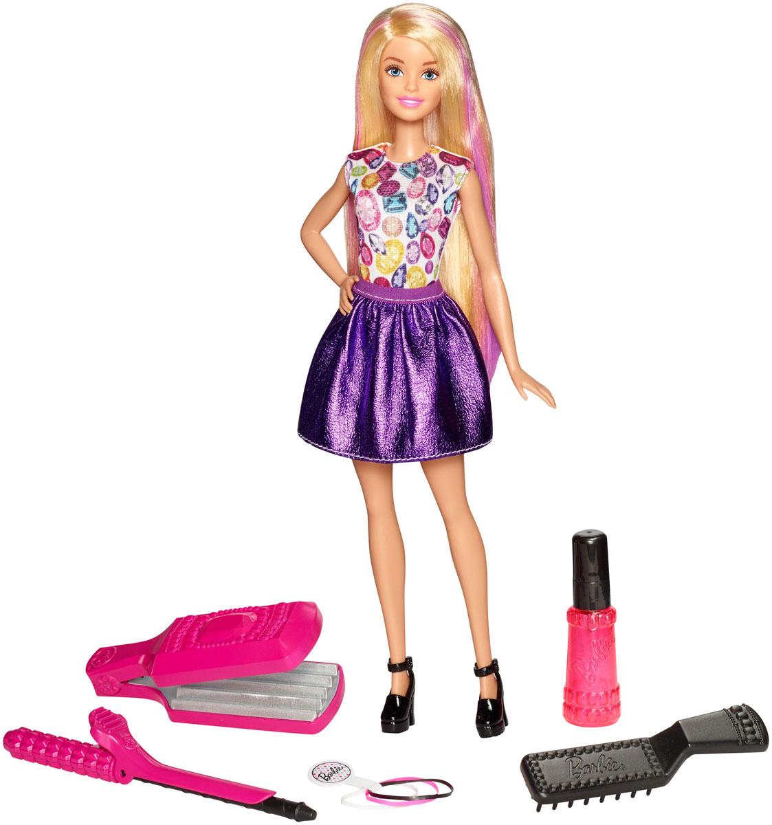 Barbie Игровой набор Цветные локоныDWK49Попробуйте себя в роли парикмахера вместе с куклой Barbie! Щипцы, плойка и расческа из набора не требуют нагревания. Возьмите прядь волос куклы и смочите их теплой водой с помощью распылителя. Зажмите прядь щипцами, чтобы выровнять их, или накрутите на плойку, чтобы завить. Подержите несколько секунд и отпустите. Волосы Barbie не просто удержат форму, но и поменяют цвет. Можно выбрать куклу с розовыми или фиолетовыми прядями. В комплекте 3 заколки. Чтобы сделать новую прическу, распустите волосы, намочите их и расчешите. Все готово! Кукла Barbie одета в яркую тунику, блестящую юбку и стильные туфли.